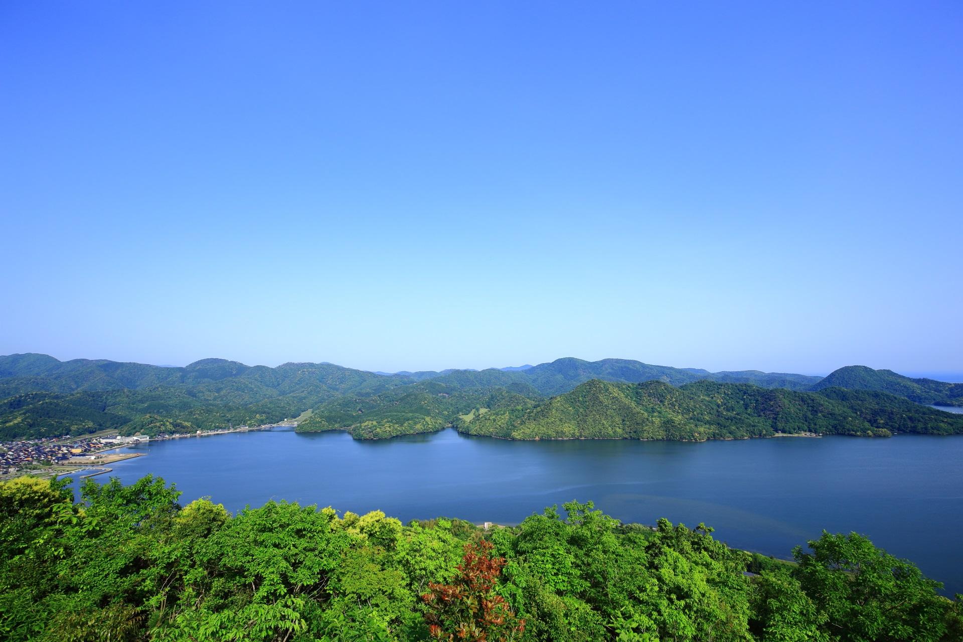 緑の山々に囲まれる水面が非常に穏やかな美しい久美浜湾