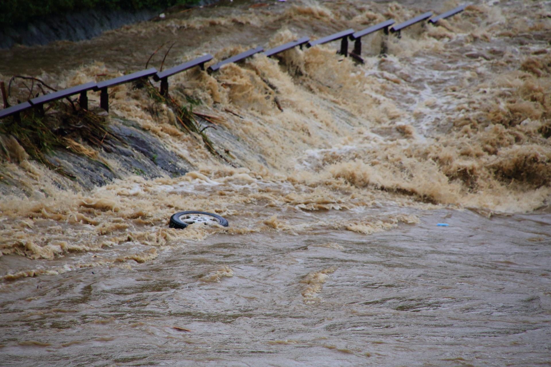 鴨川の激流で流されるタイヤ