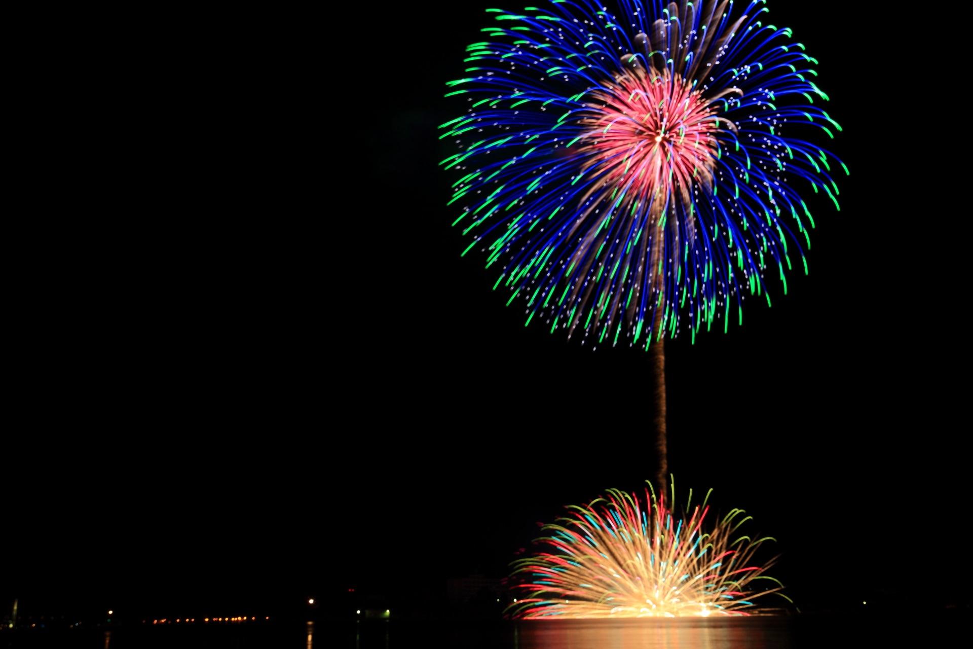 舞鶴の水面で弾ける花火と夜空を彩る鮮やかな花火