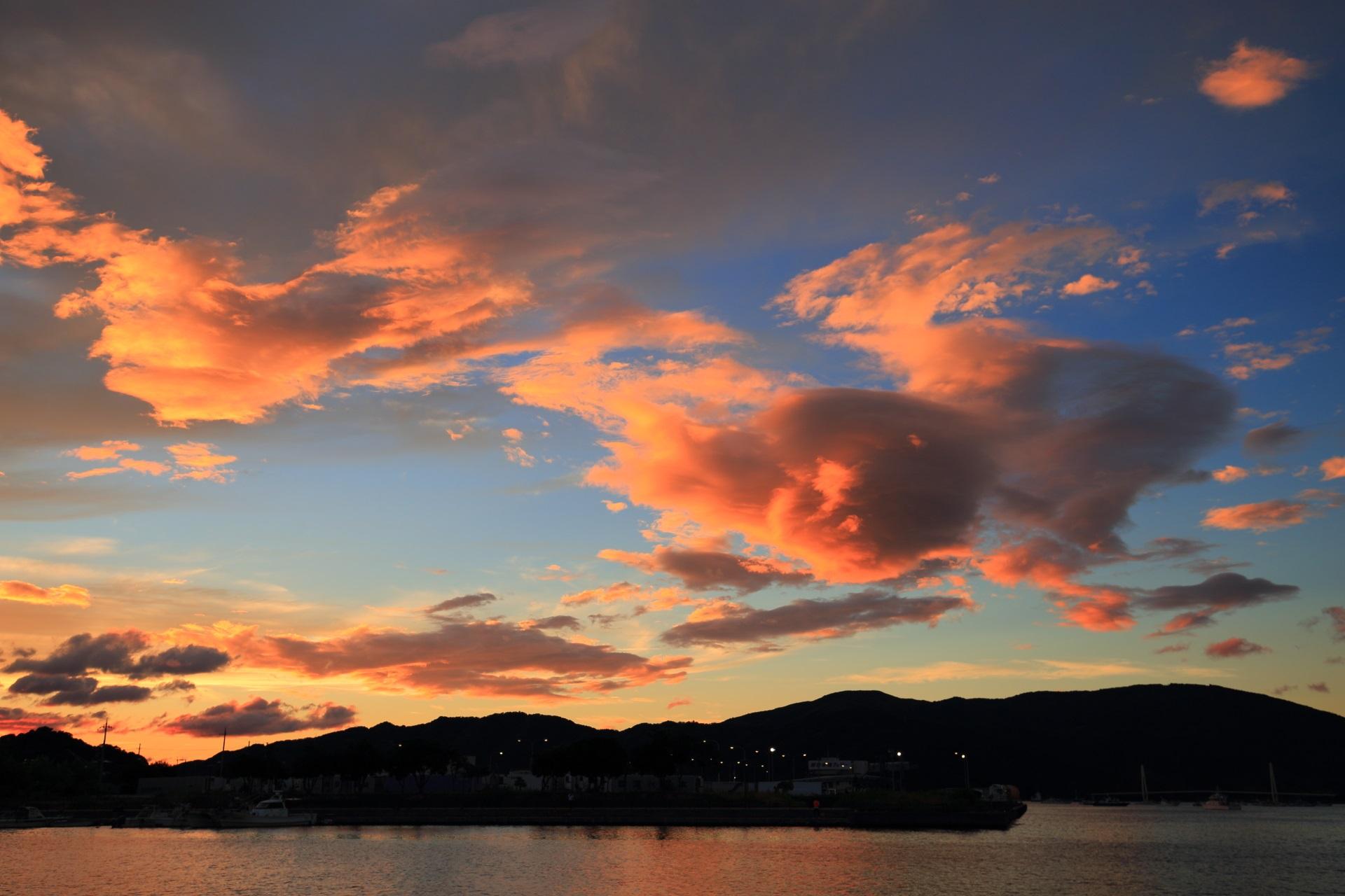 台風が過ぎ去った後の不思議な色合いの舞鶴湾の空