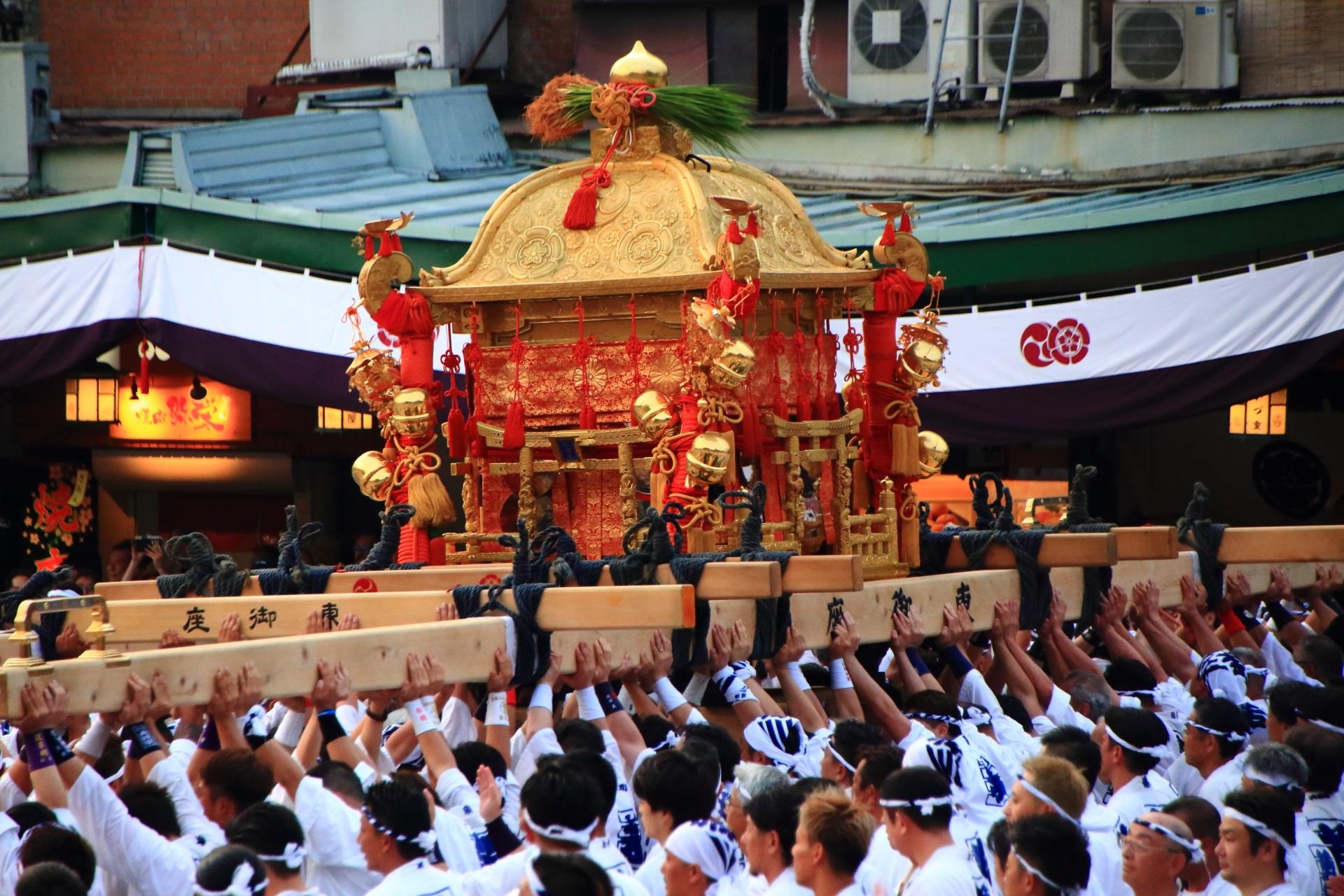 みんなの力で持ち上げられる2トンもある神幸祭のお神輿