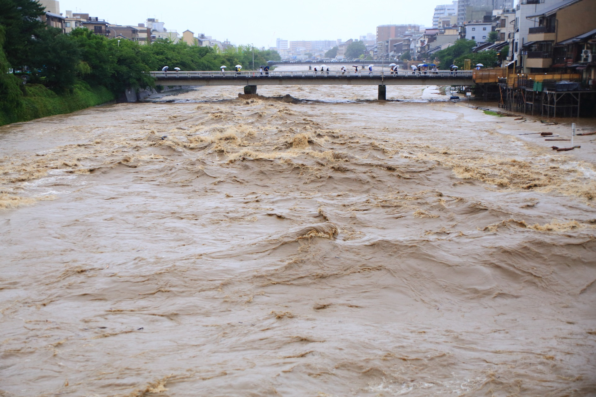 台風と前線の影響で豪雨が続き危険な状態の2018年の鴨川