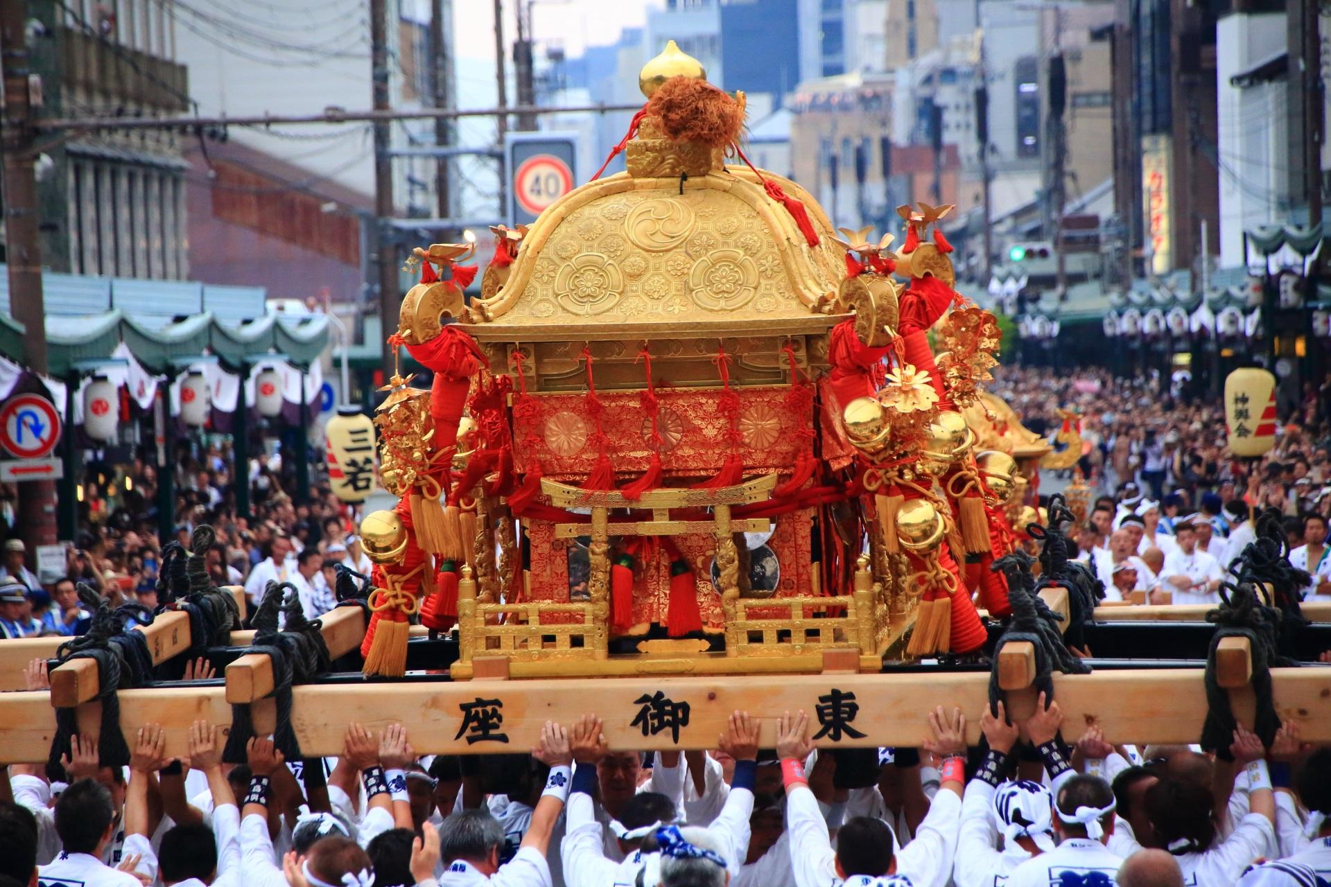 御祭神は櫛稲田姫命(くしいなだひめのみこと)の東御座神輿
