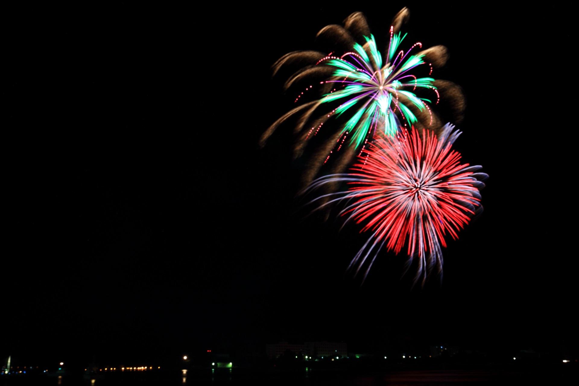 真っ暗となった夜空に打ち上がる舞鶴の色んな種類の花火
