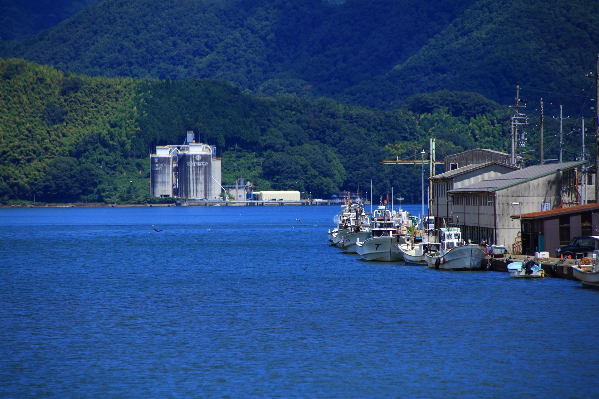 川岸には漁船が並ぶ舞鶴の伊佐津川