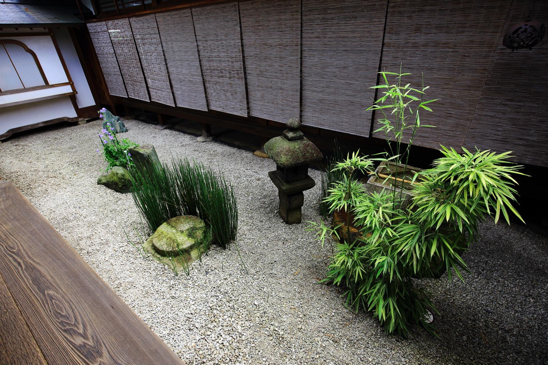 シンプルな作りの瑞峯院の方丈東の坪庭(中庭)