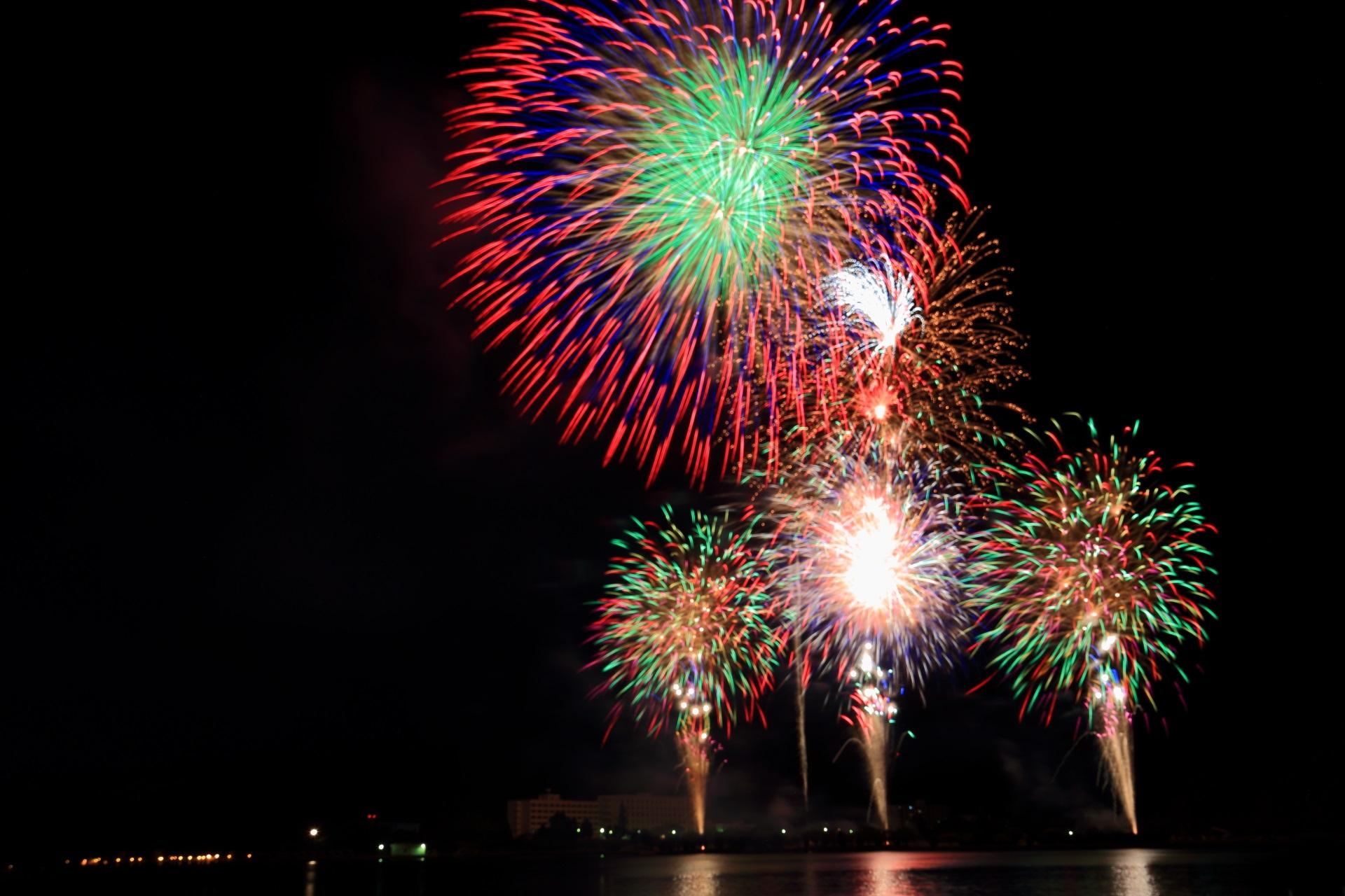 上と下で打ち上がる舞鶴の赤と緑の花火