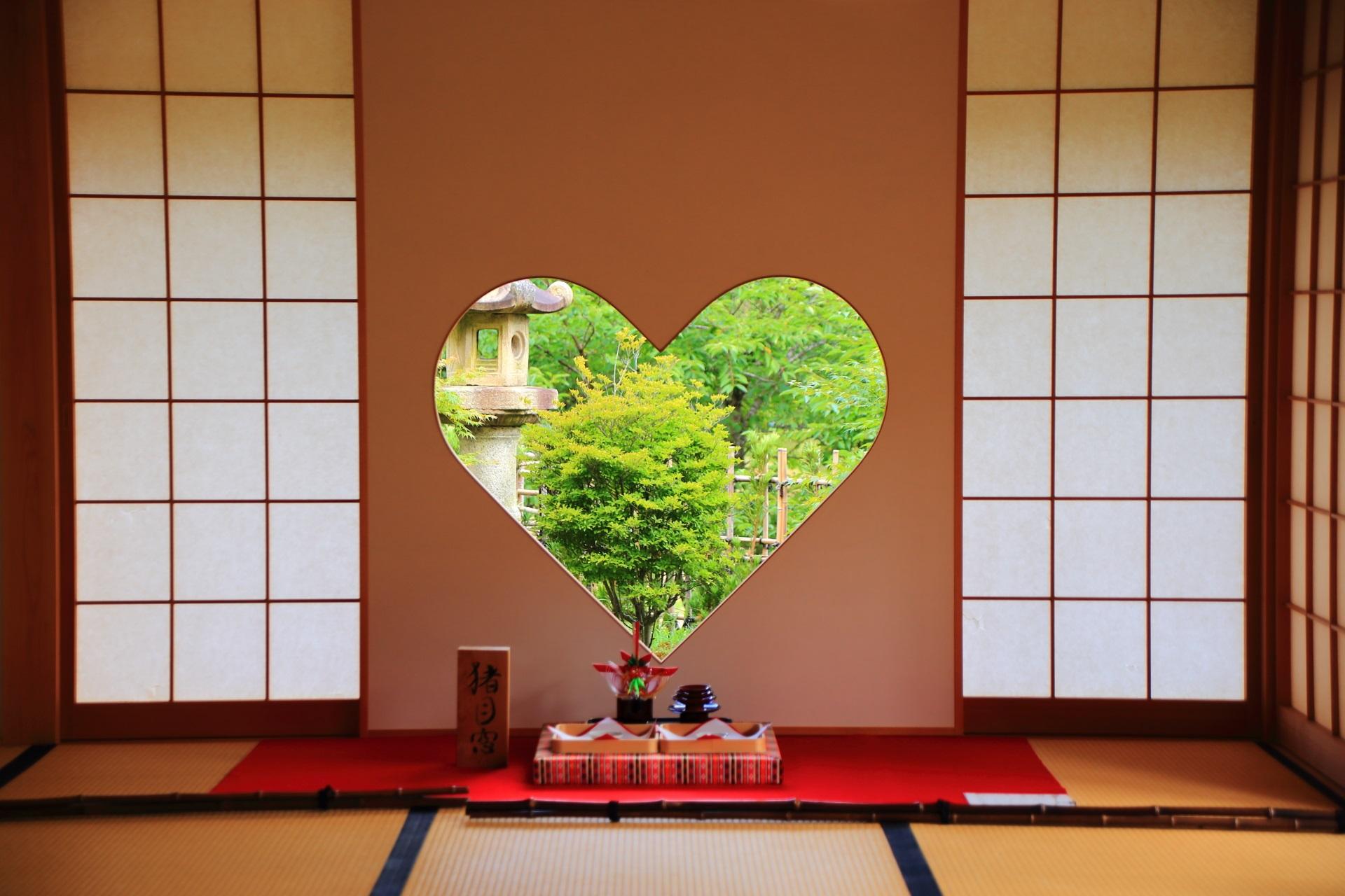 正寿院の日本伝統文様の見事なハート型の「猪目窓(いのめまど)」