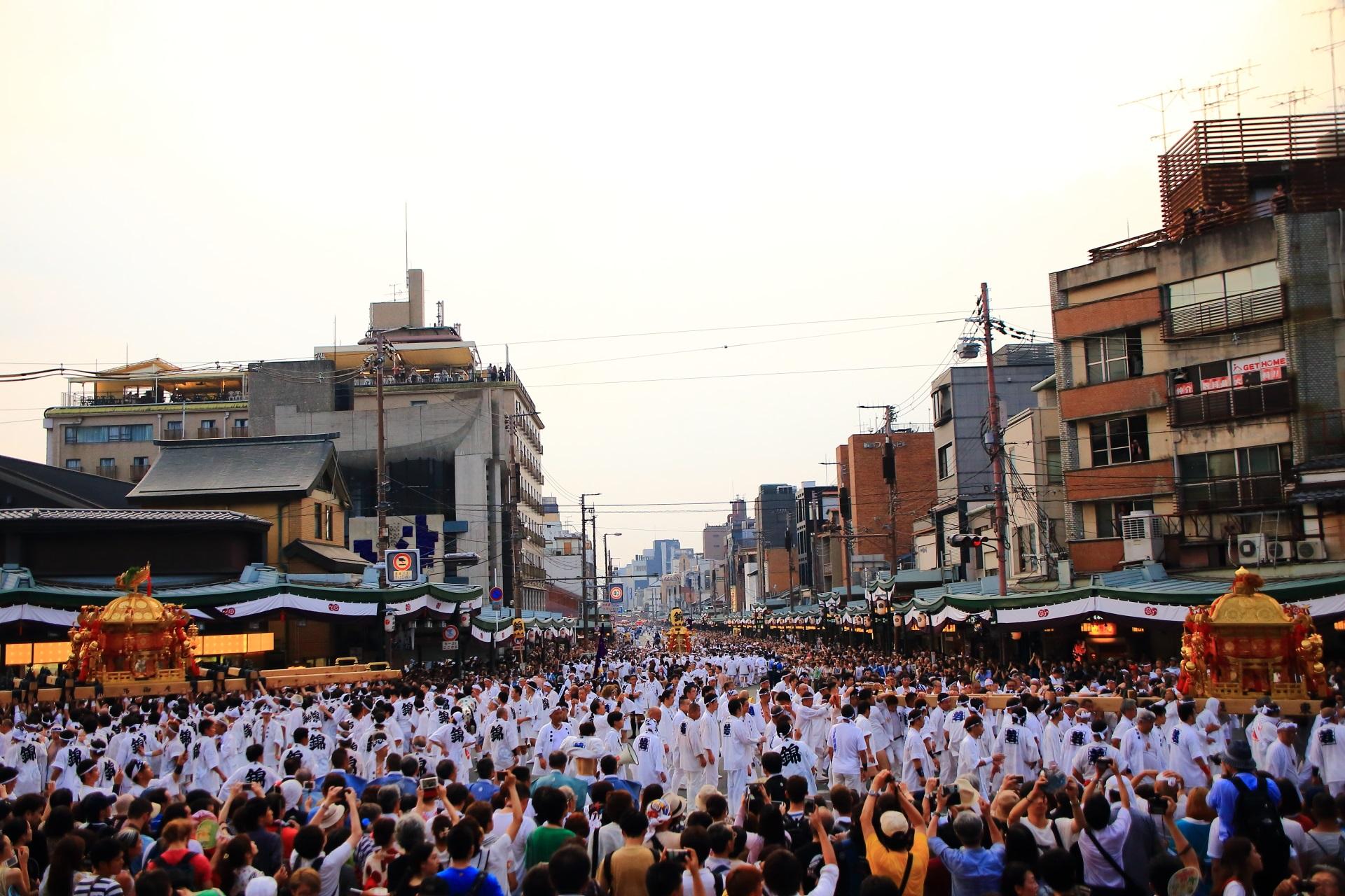 いろんなたくさんの人で入り乱れる神幸祭の時の八坂神社西楼門前