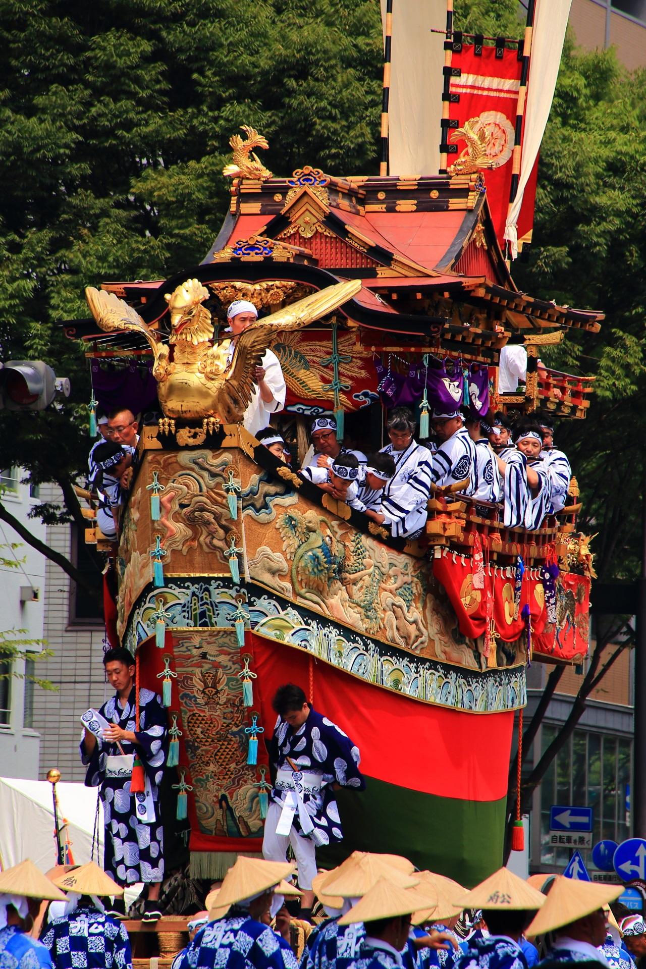 先には黄金の「鷁(げき)」をつけた人気の船鉾