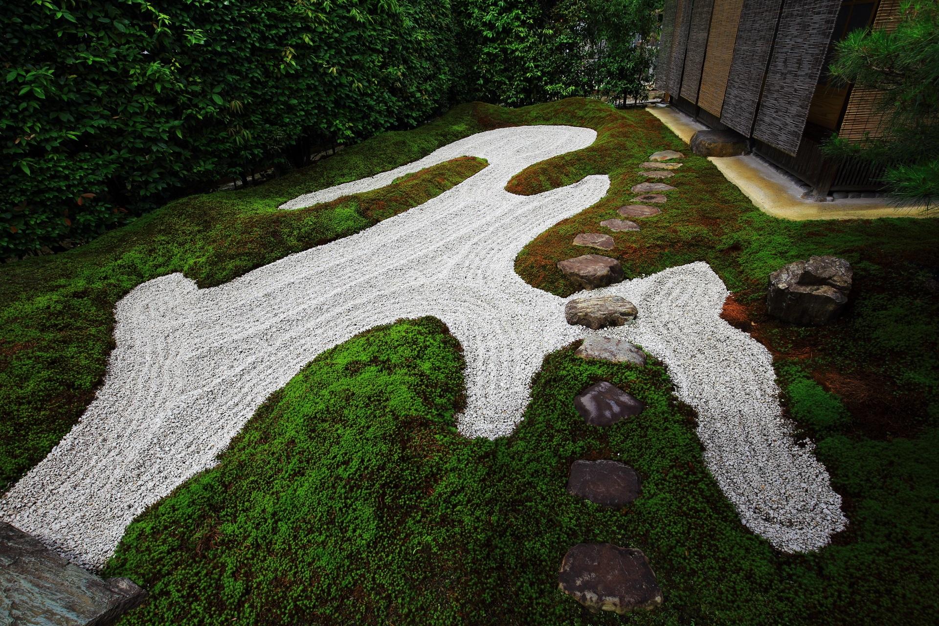 独坐庭の丸みを帯びた優しく穏やかな苔と綺麗な白砂