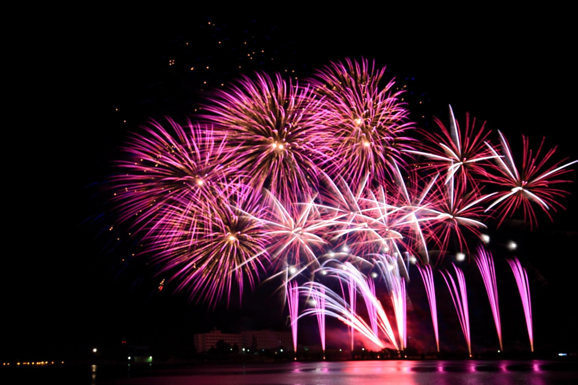 舞鶴の夜空と海面を彩る艶やかな紫の花火