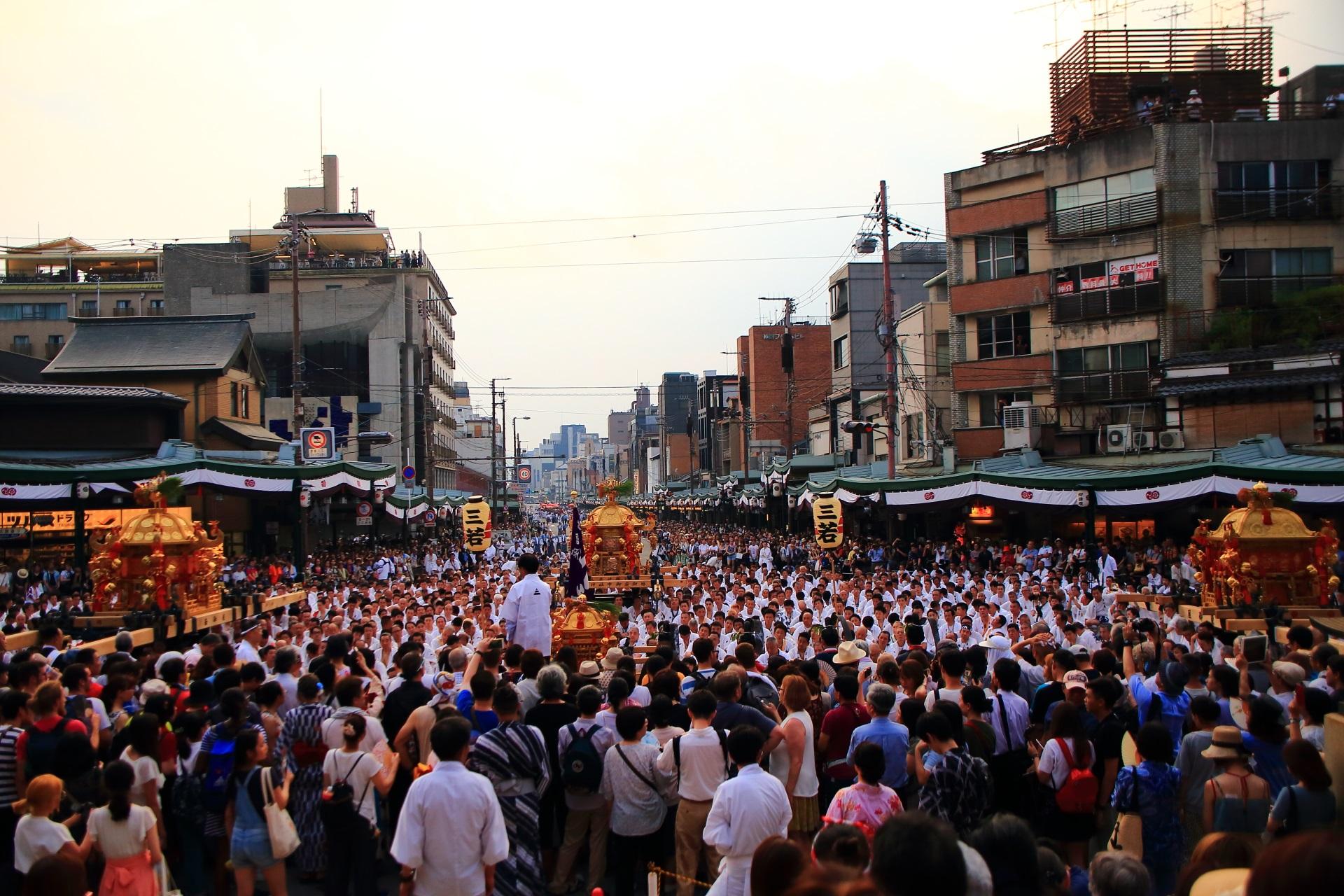 物凄い人口密度の祇園祭神幸祭