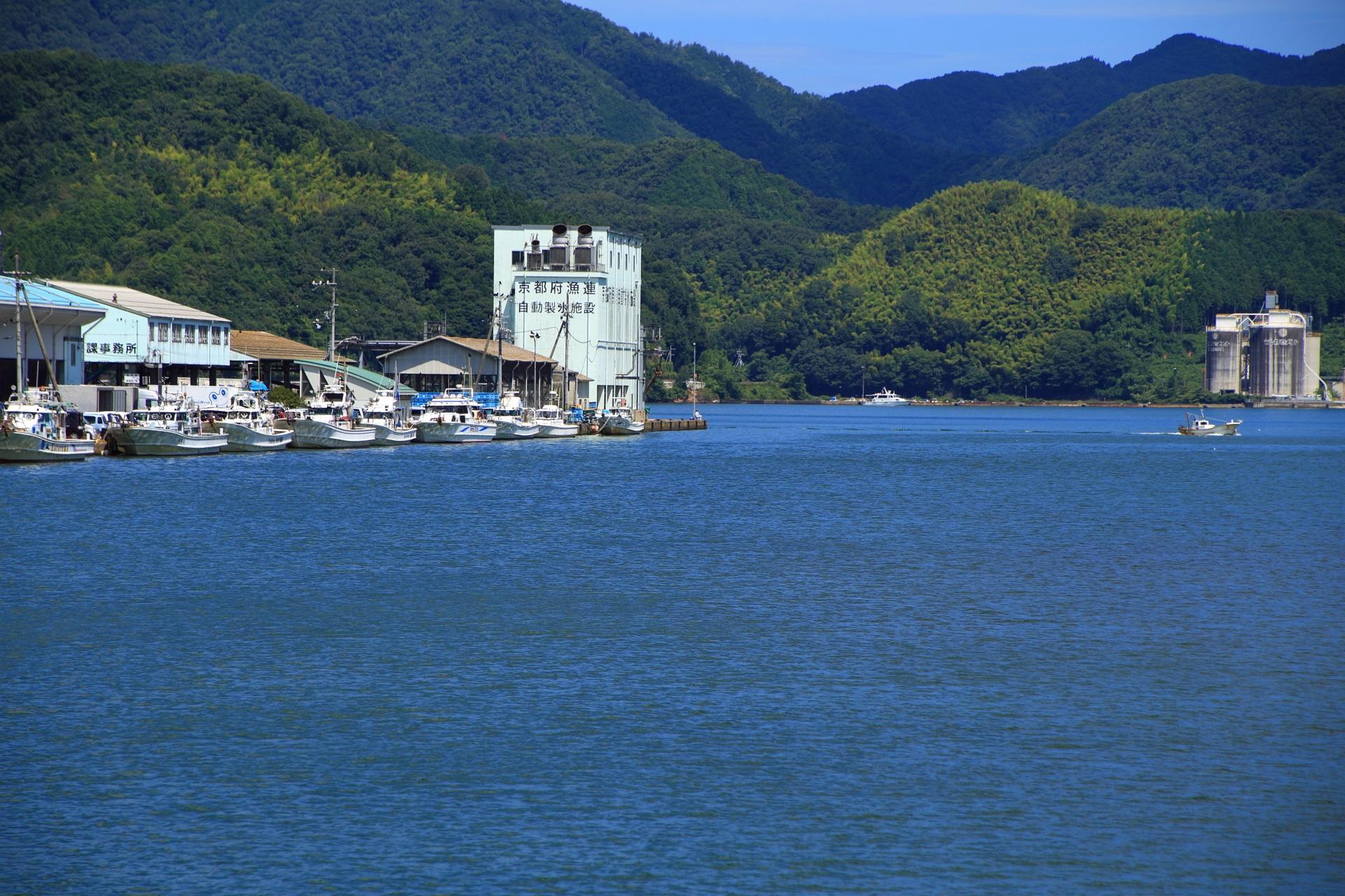 山に囲まれた西舞鶴港の水と緑の長閑な風景