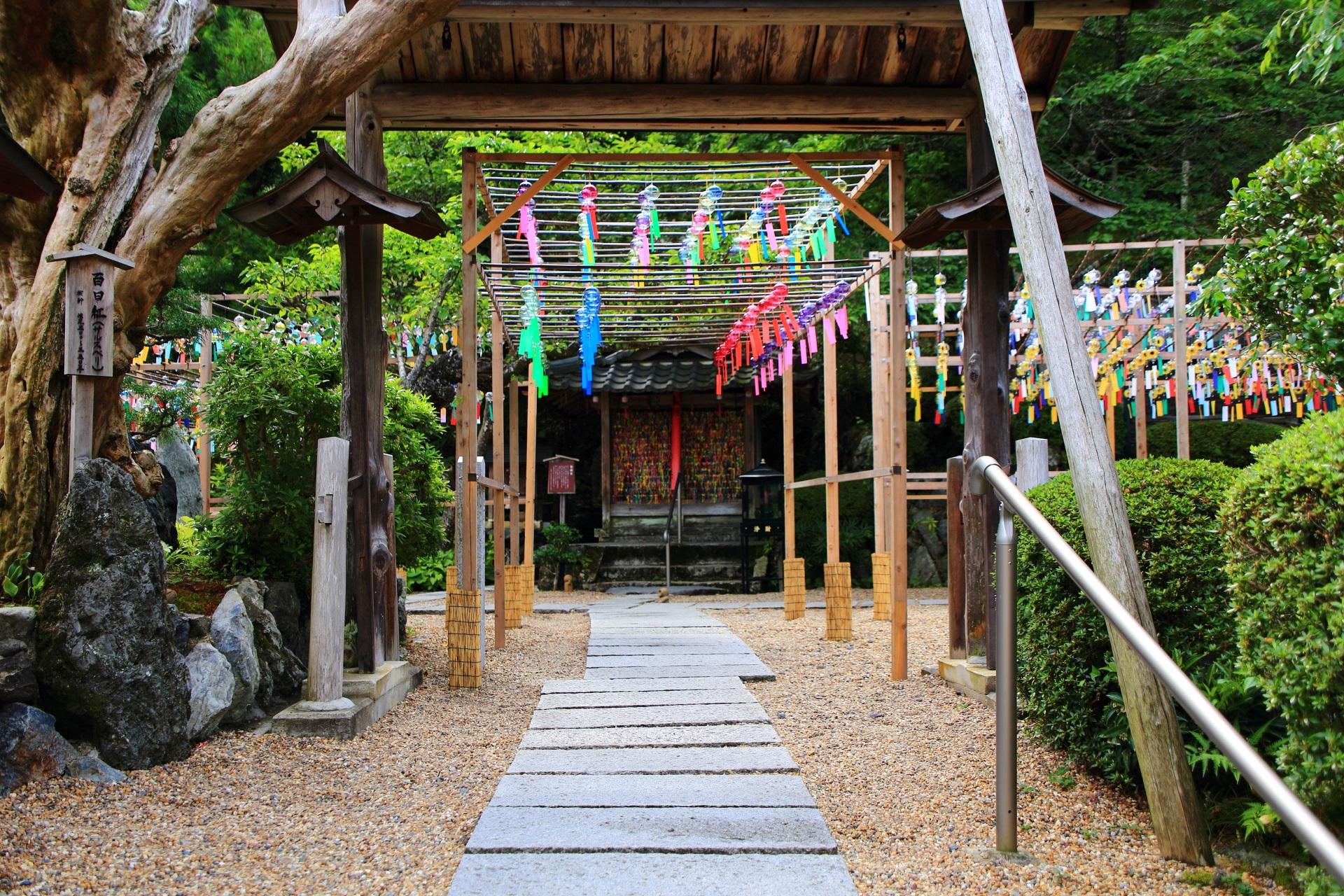 正寿院の風鈴と叶紐がたくさん結ばれた地蔵堂