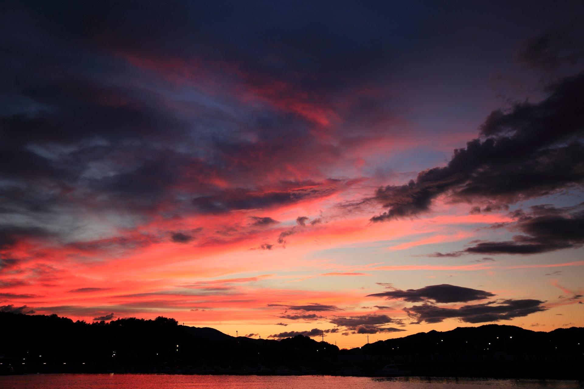 西の方は濃く焼けて色づく舞鶴湾