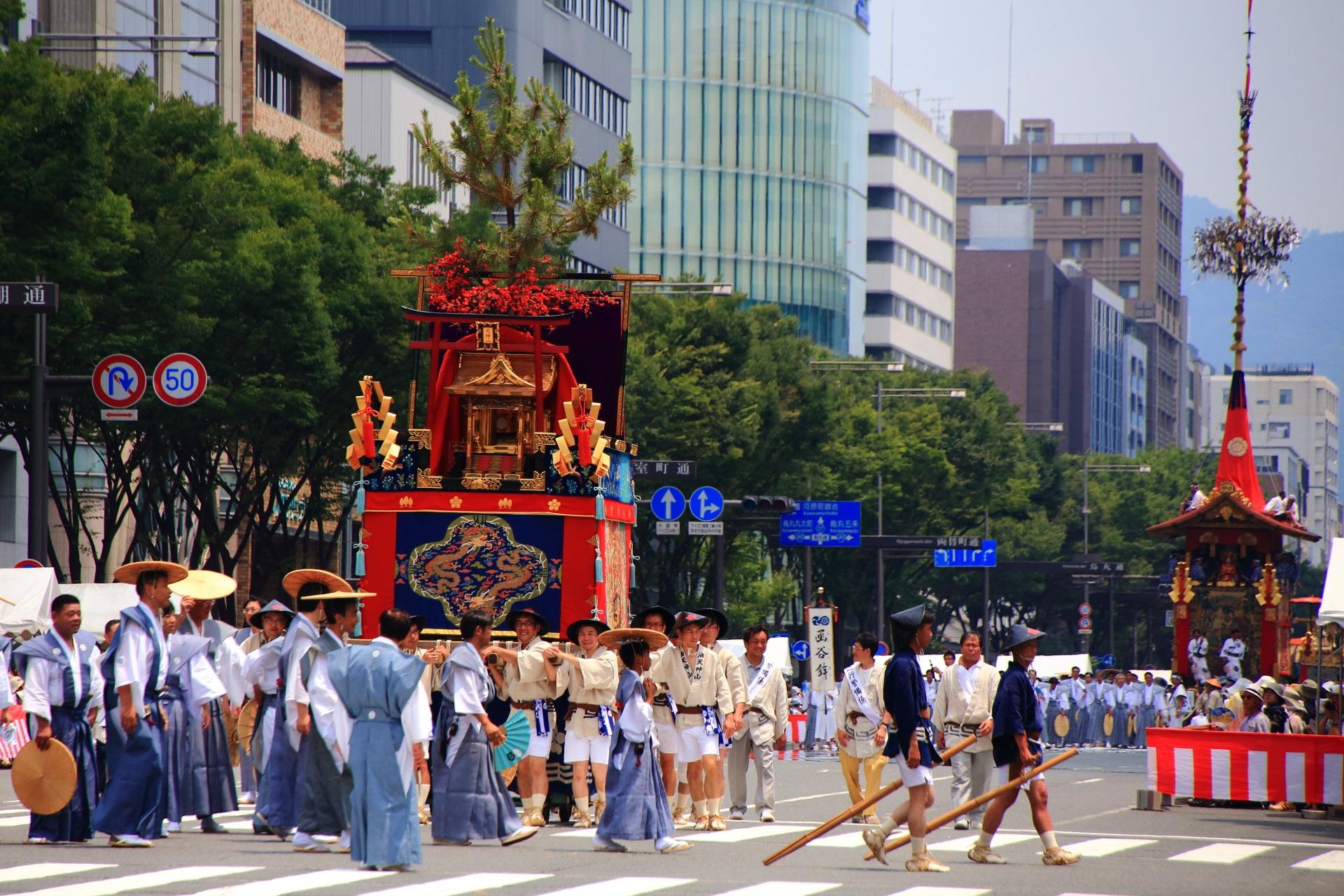 金箔の社殿に紅梅が飾られた菅原道真ゆかりの油天神山と後ろに続く大きな函谷鉾