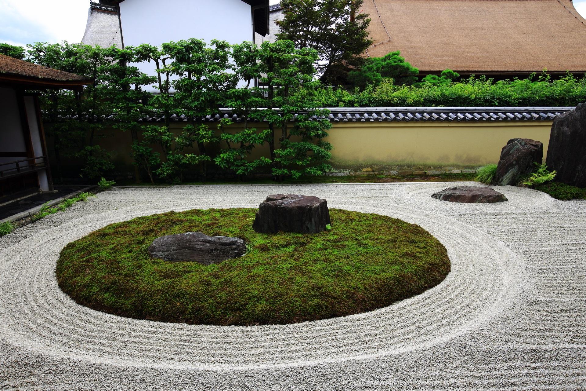 左の岩の配された丸い苔は亀島を現す龍源院の方丈前庭園