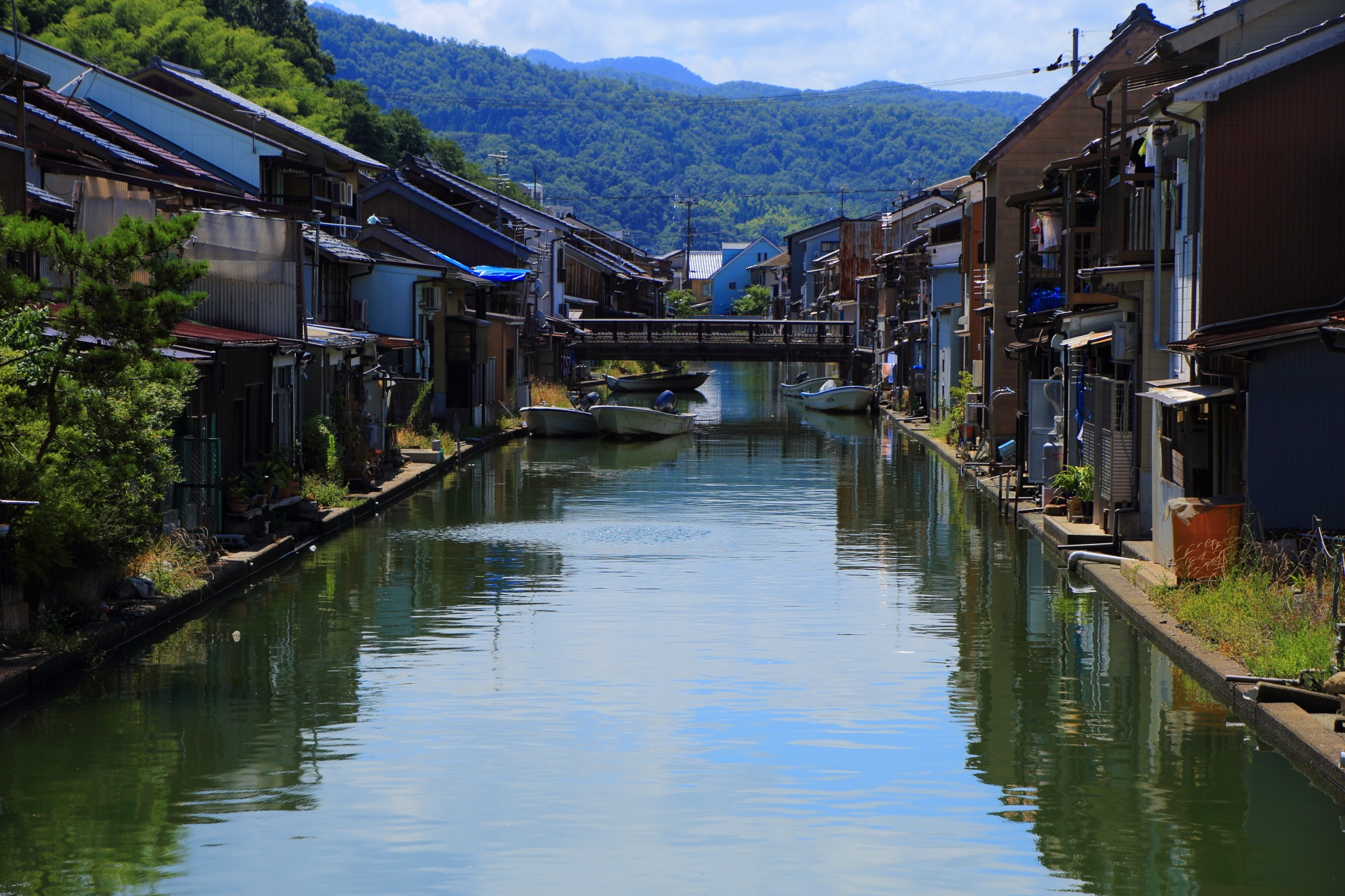 水無月橋から眺めた南方面(上流方面)の水面ギリギリに家が建ち並ぶ吉原入江