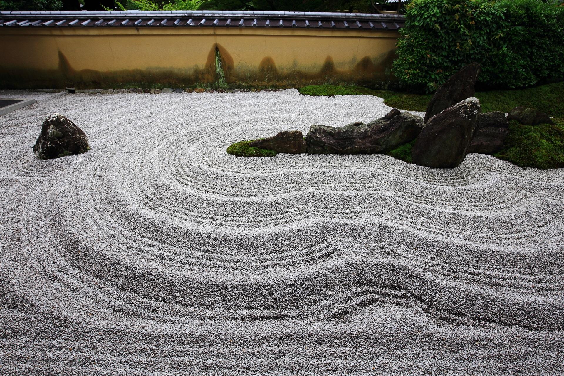 良く手入れされた瑞峯院の白砂の美しすぎる丸い波模様