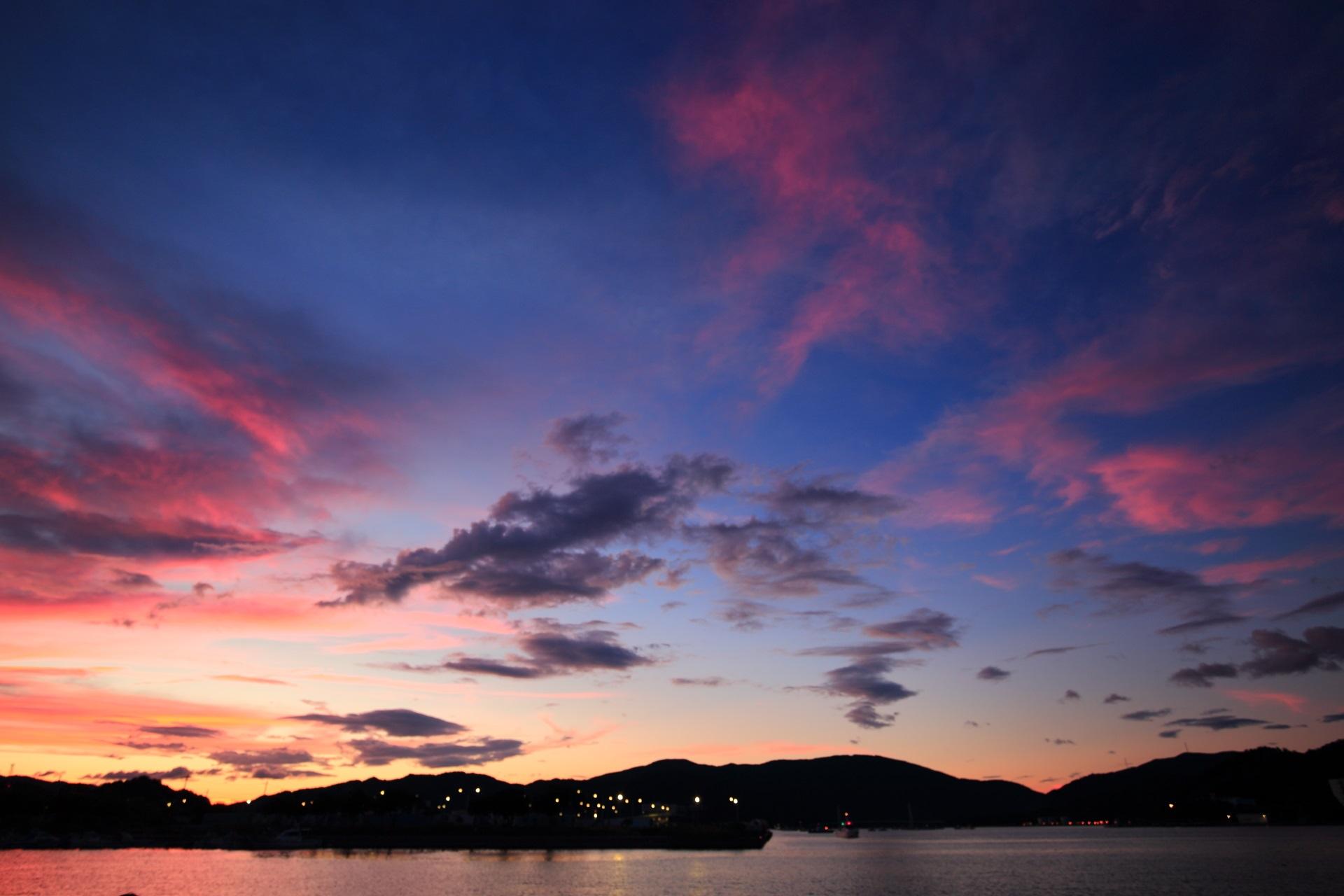 黄昏時の幻想的な舞鶴港