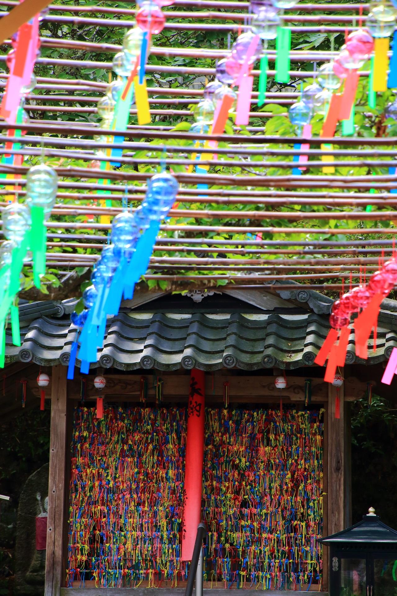正寿院の地蔵堂の願いが叶う鮮やかでカラフルな叶紐(かのうひも)