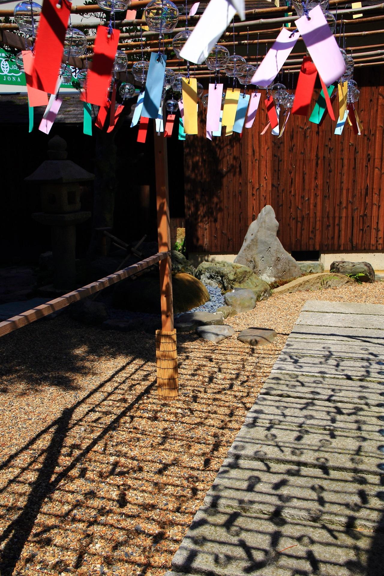 風が吹けば楽しそうに揺らめく正寿院の風鈴と短冊の影