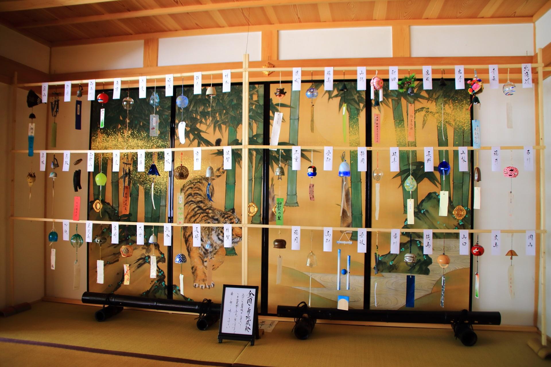 正寿院の本堂に飾られる全国のご当地風鈴
