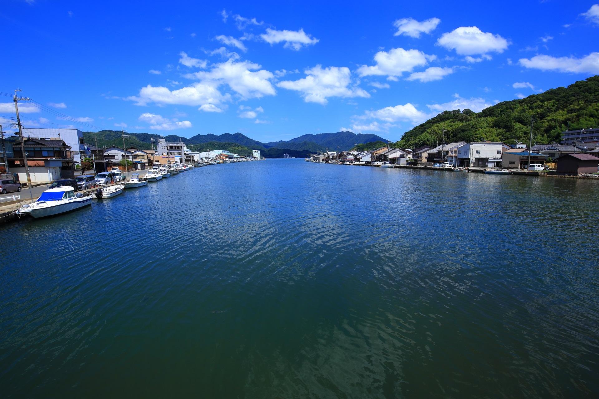 西舞鶴港へと続く長閑で美しい伊佐津川(いさづがわ)