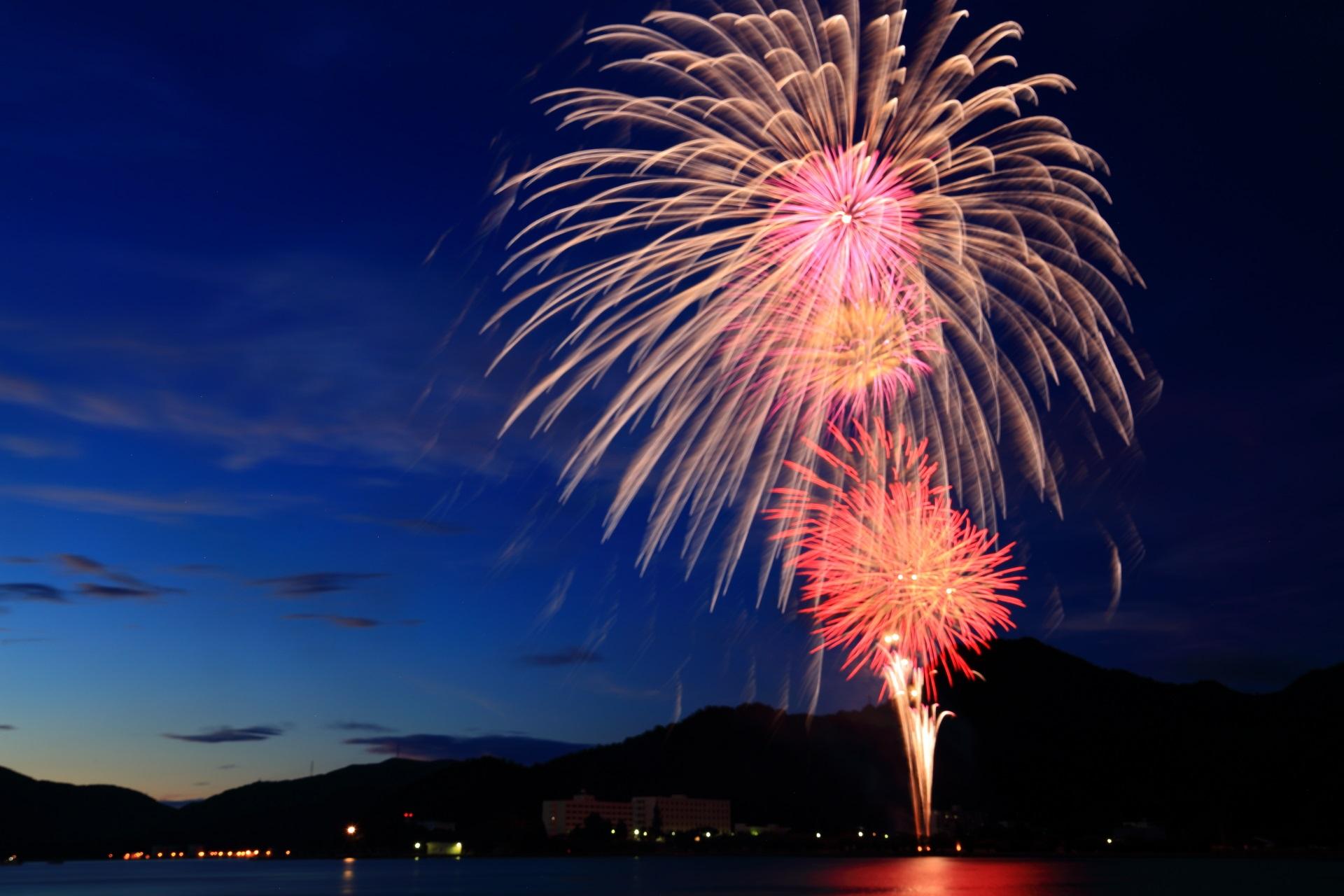 紺色の夜空から降り注ぐ金色の見事な舞鶴の花火