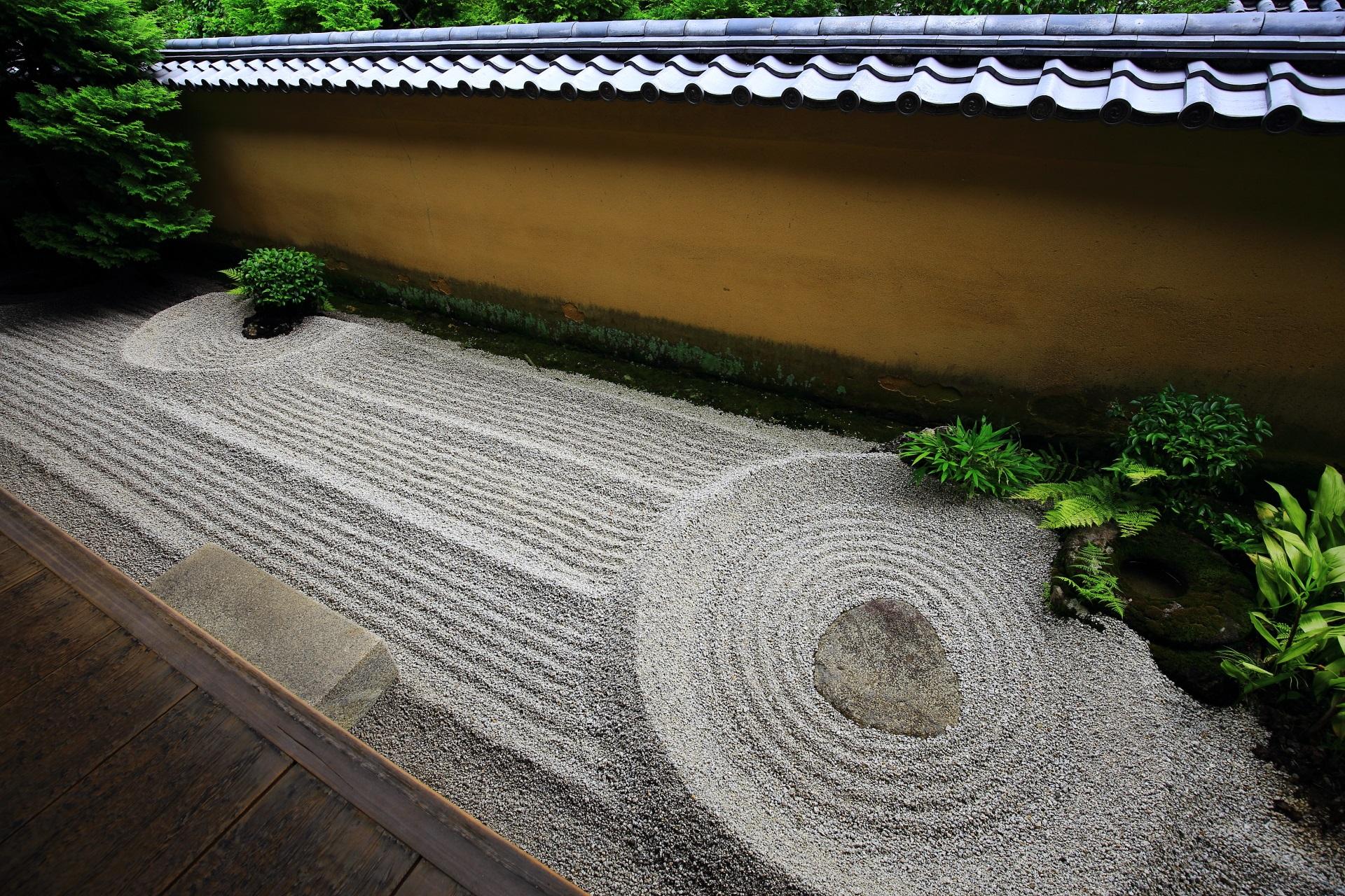 軒先にある小さいながらも奥深い石庭の龍源院の滹沱底(こだてい)