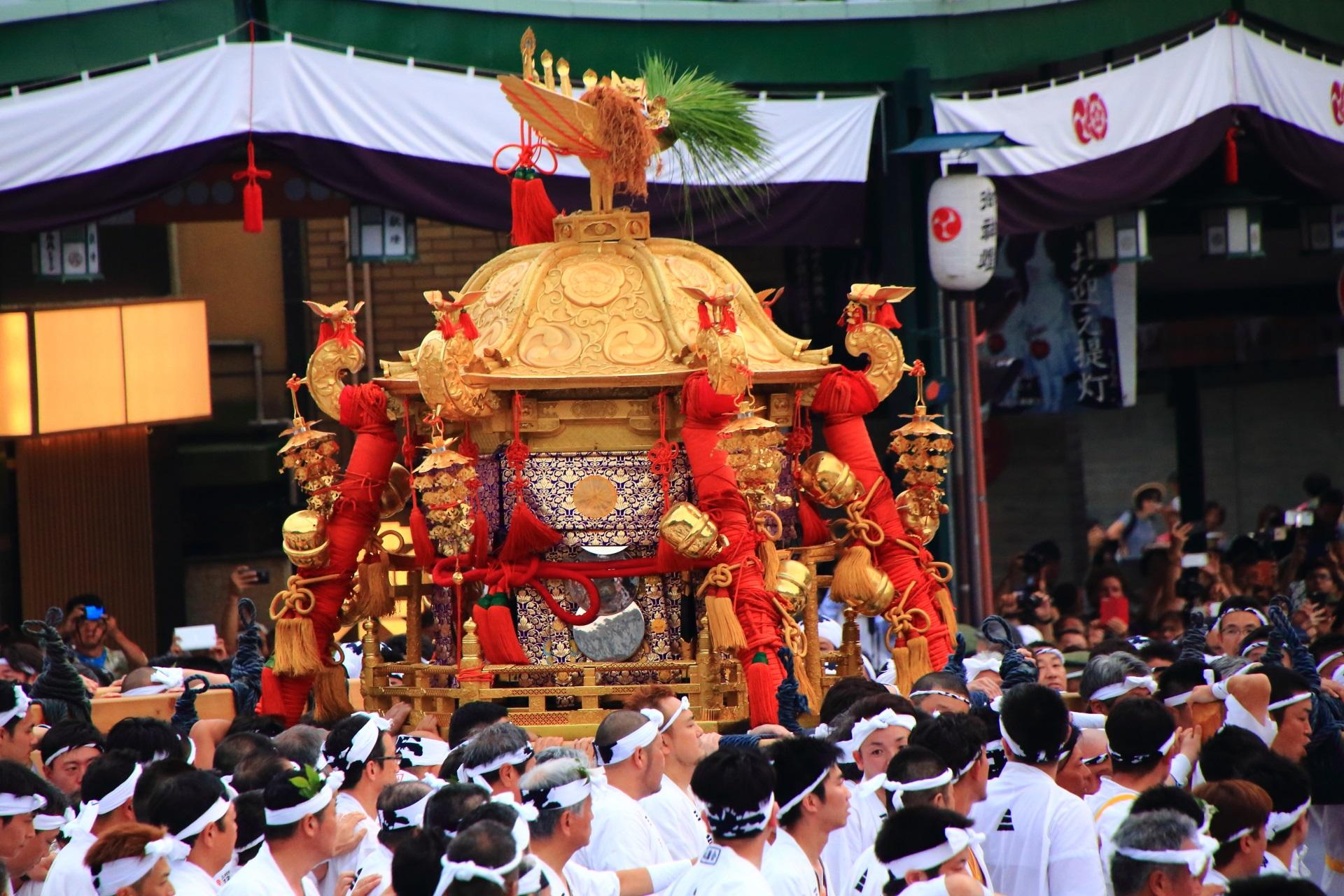 祇園祭神幸祭の最初に登場する六角形の中御座神輿(なかござみこし)