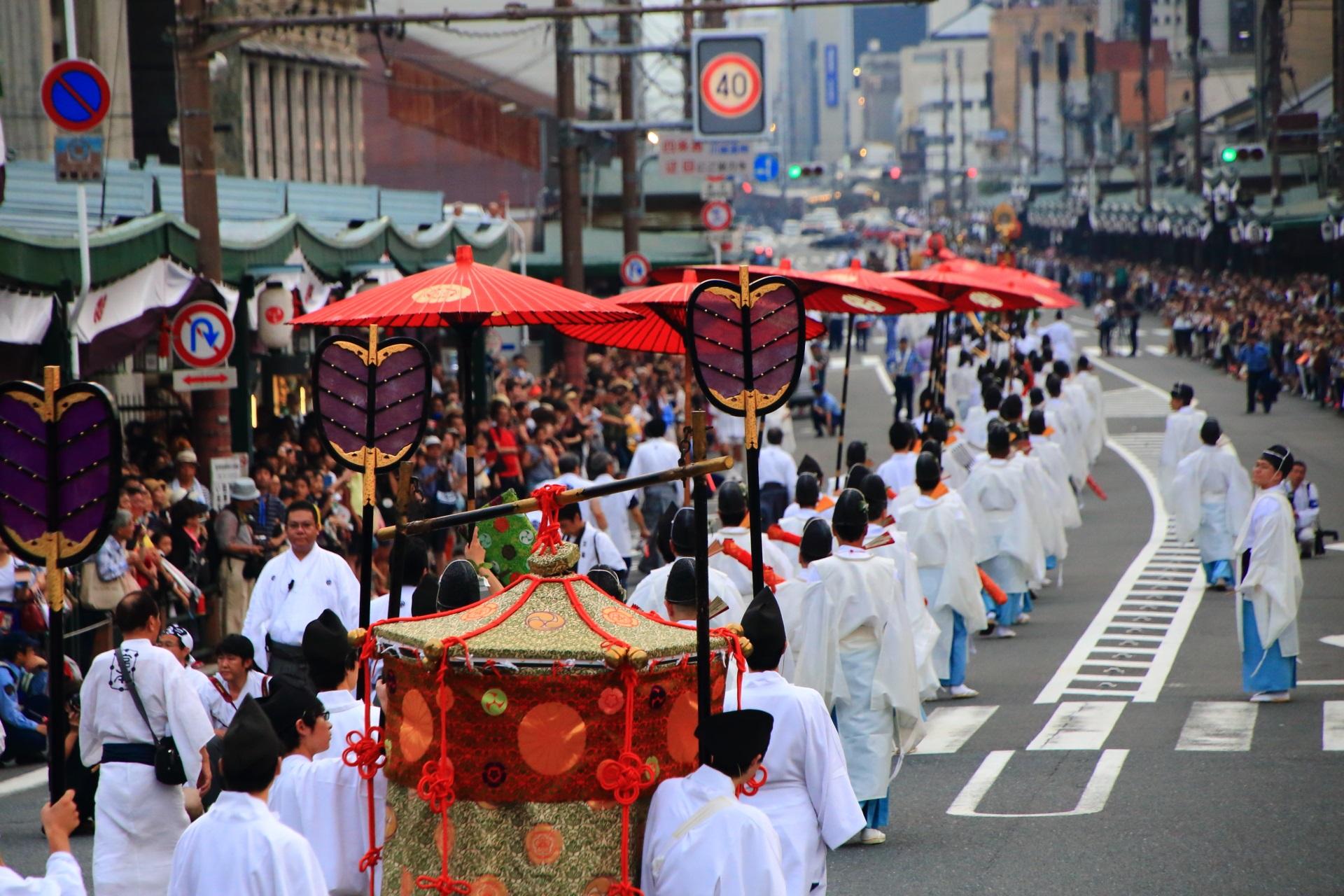 たくさんの人が沿道から見守る神幸祭行列