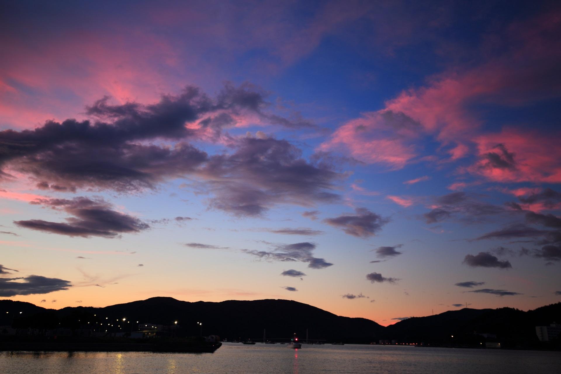 オレンジ色から淡いピンク色へと変化していく舞鶴湾の空と雲