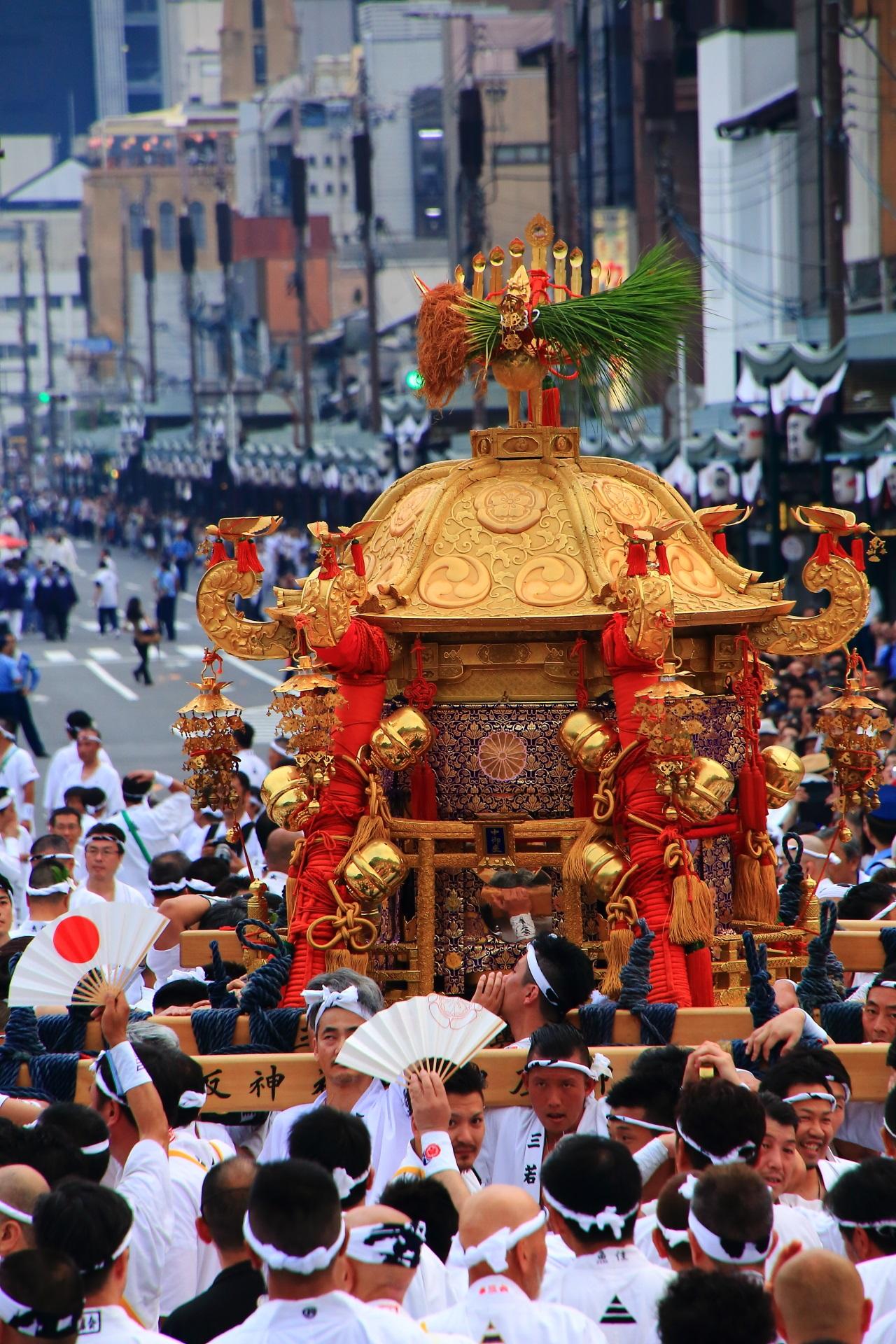 鈴や装飾も見事な神幸祭の煌びやかで豪華なお神輿