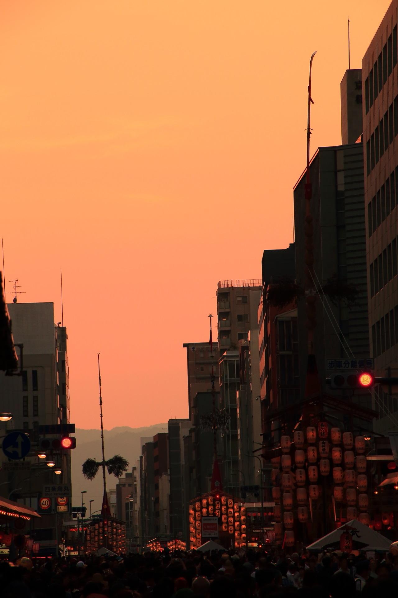 夕焼けにつつまれる西の空と宵山