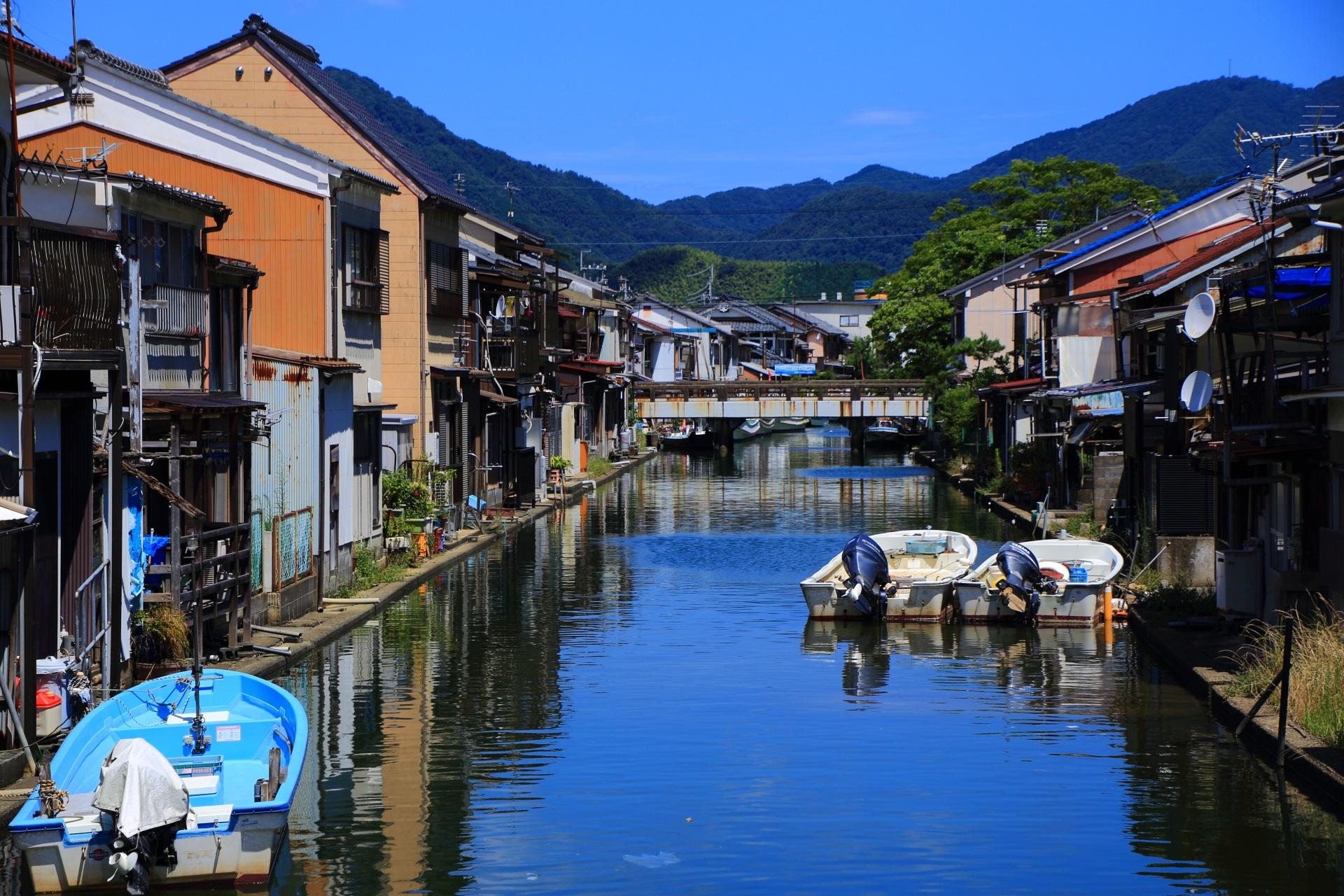 伊佐津川の東側を流れる人工水路である舞鶴の吉原入江