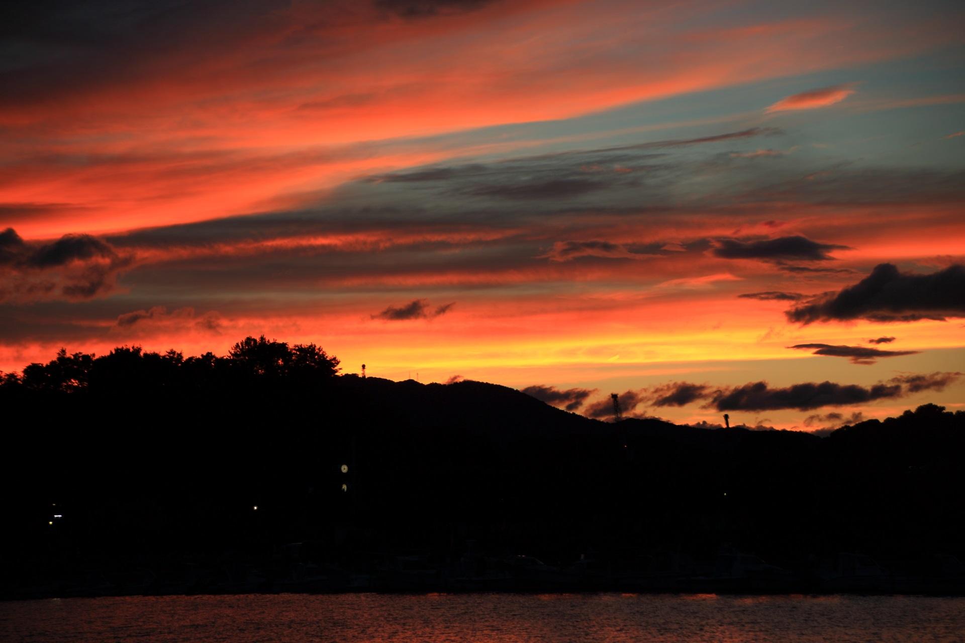気圧が不安定な時に出る濃く幻想的な舞鶴港の夕焼け