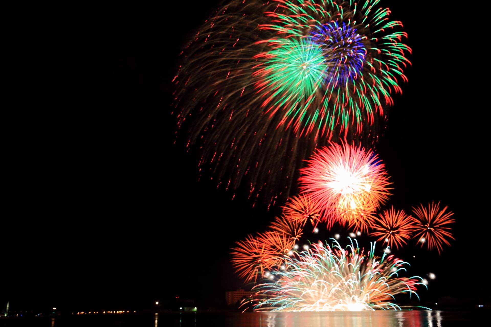 舞鶴港を賑やかに彩る多種多様な花火