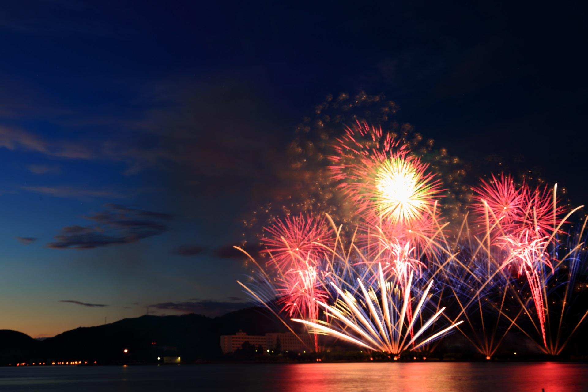 海面に鮮やかな花火が映る海辺ならではの舞鶴花火大会