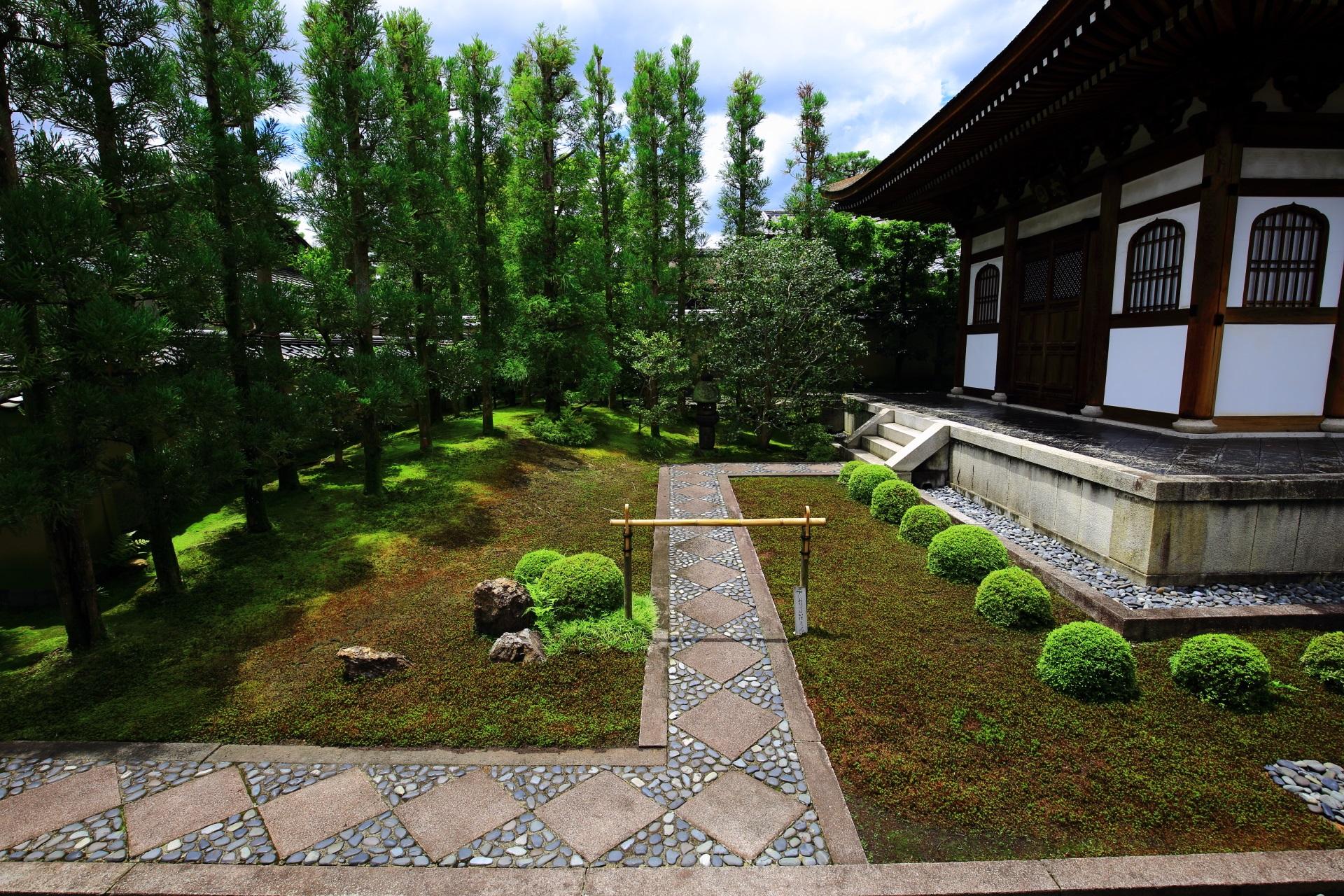 杉の木などの緑に囲まれた龍源院の開祖堂
