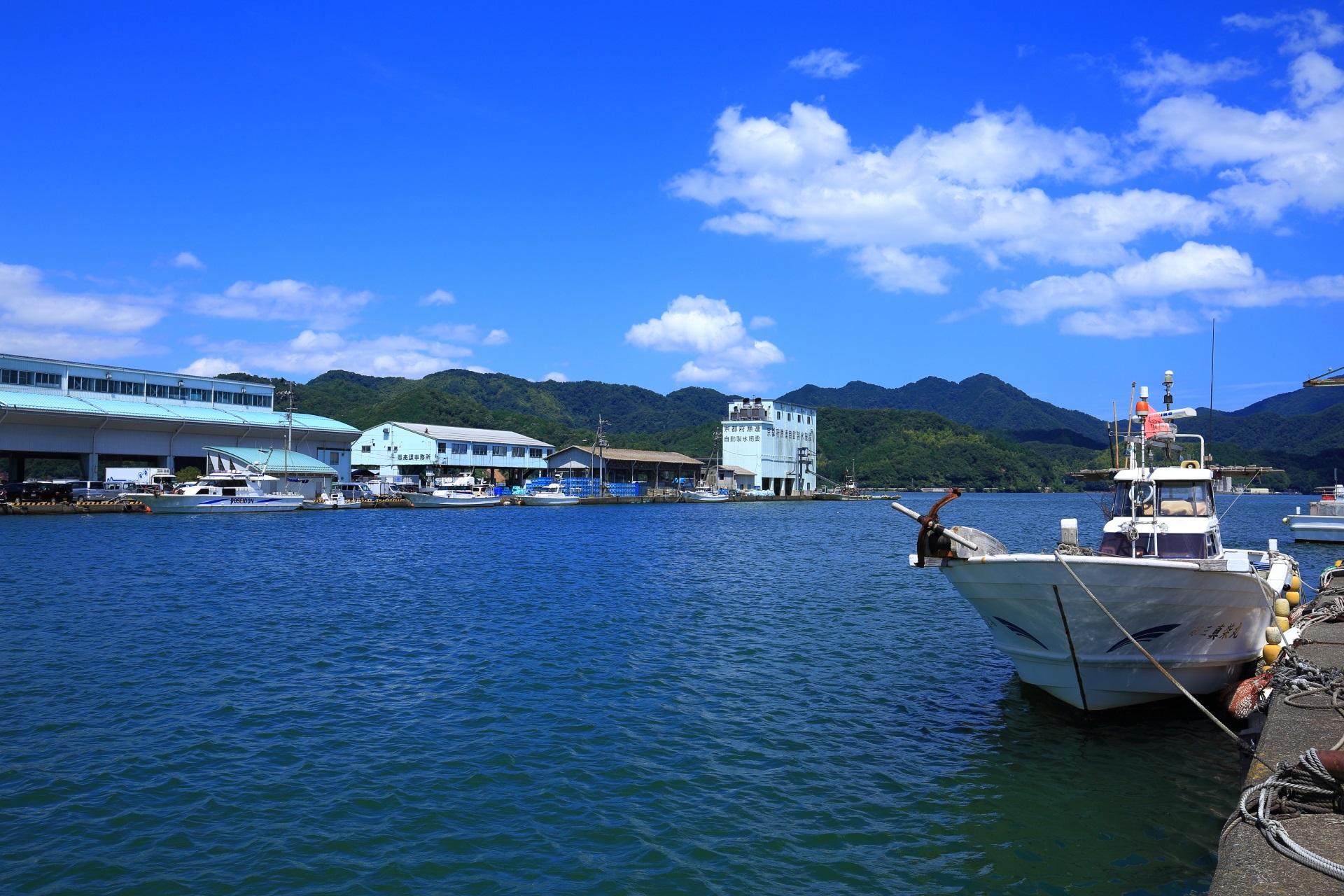 舞鶴の伊佐津川東側の西吉原地区から眺めた船や漁港の風景