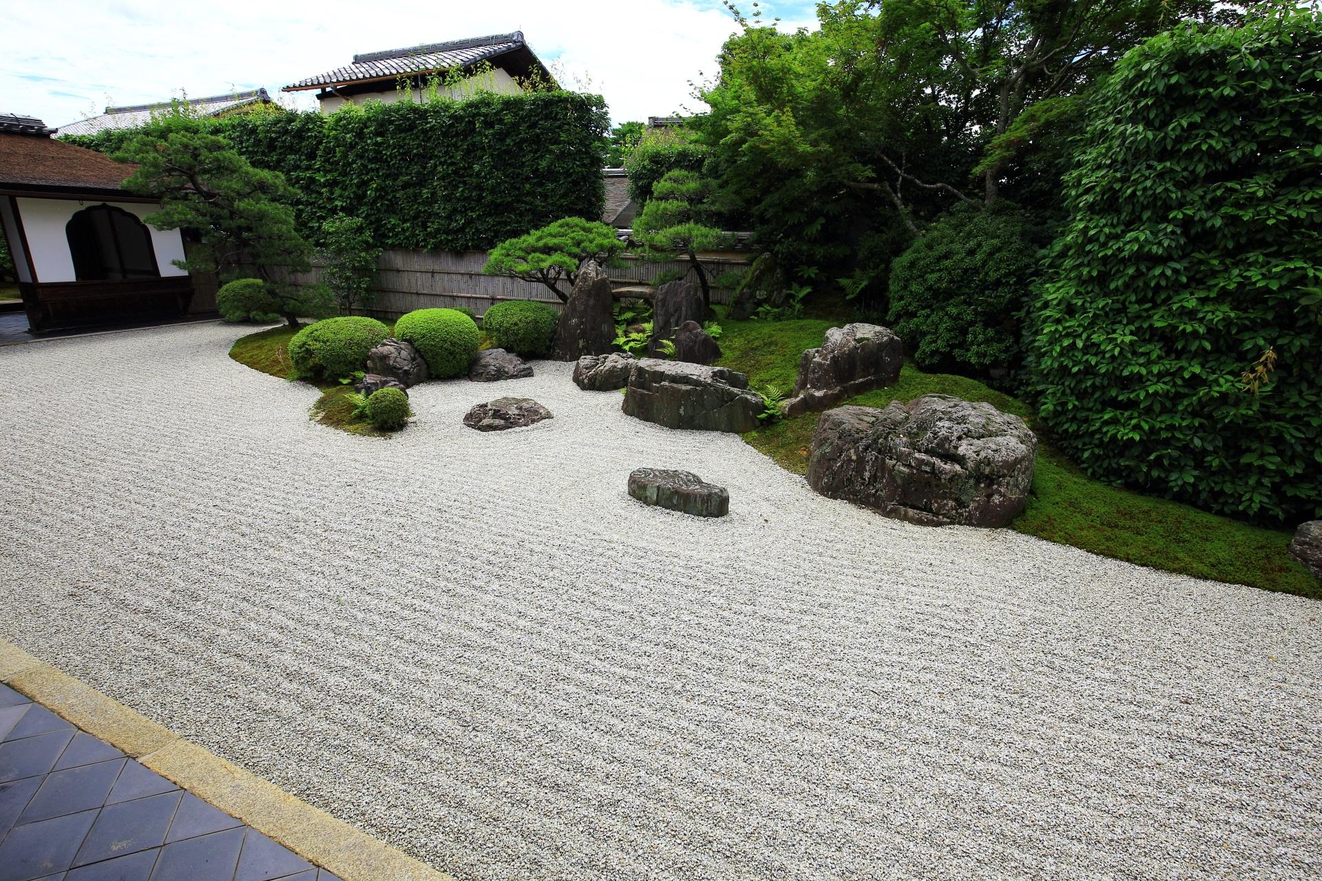 白砂に岩や緑の配された興臨院の枯山水庭園