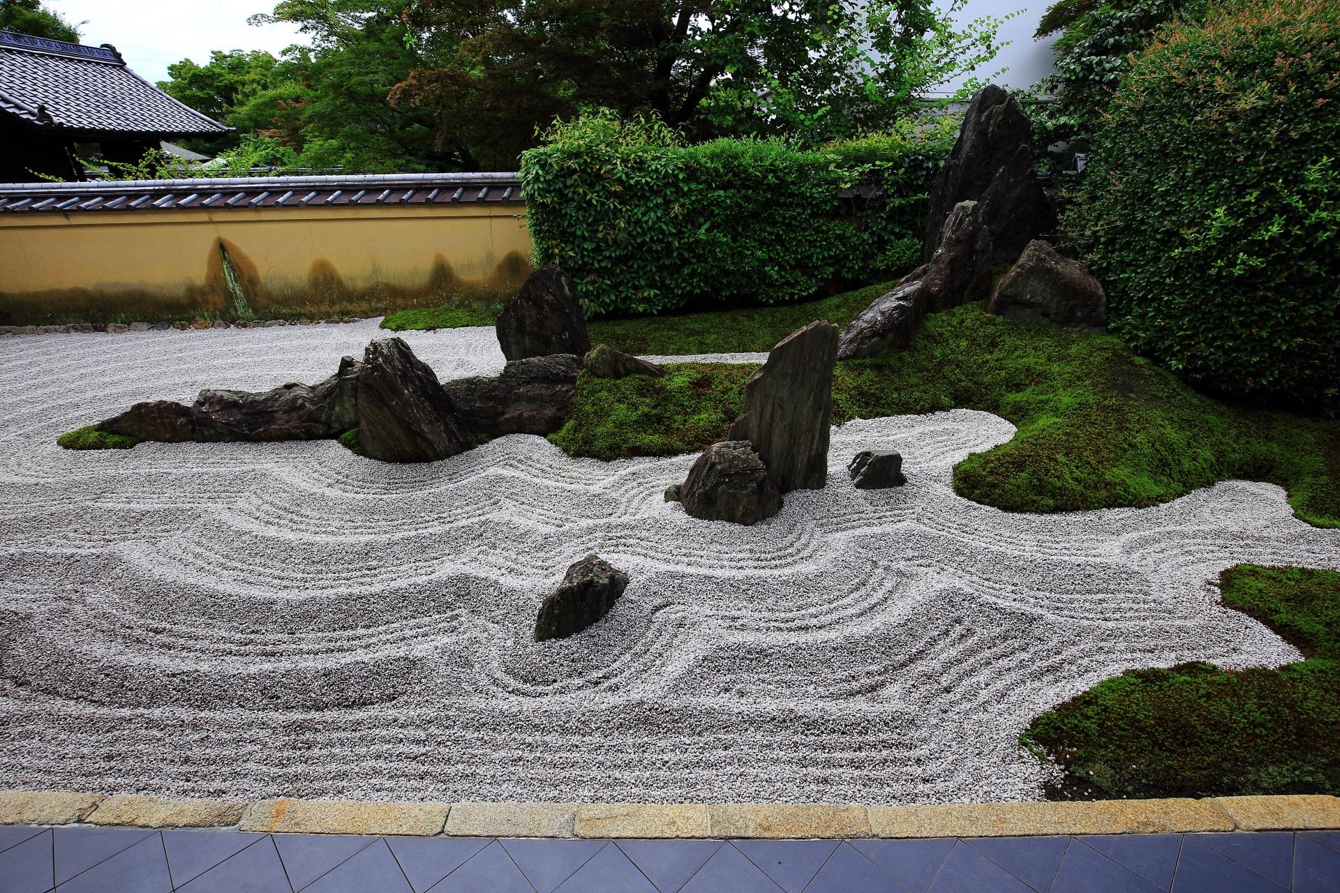 苔や岩の築山は雄大な蓬莱山を表現している独坐庭
