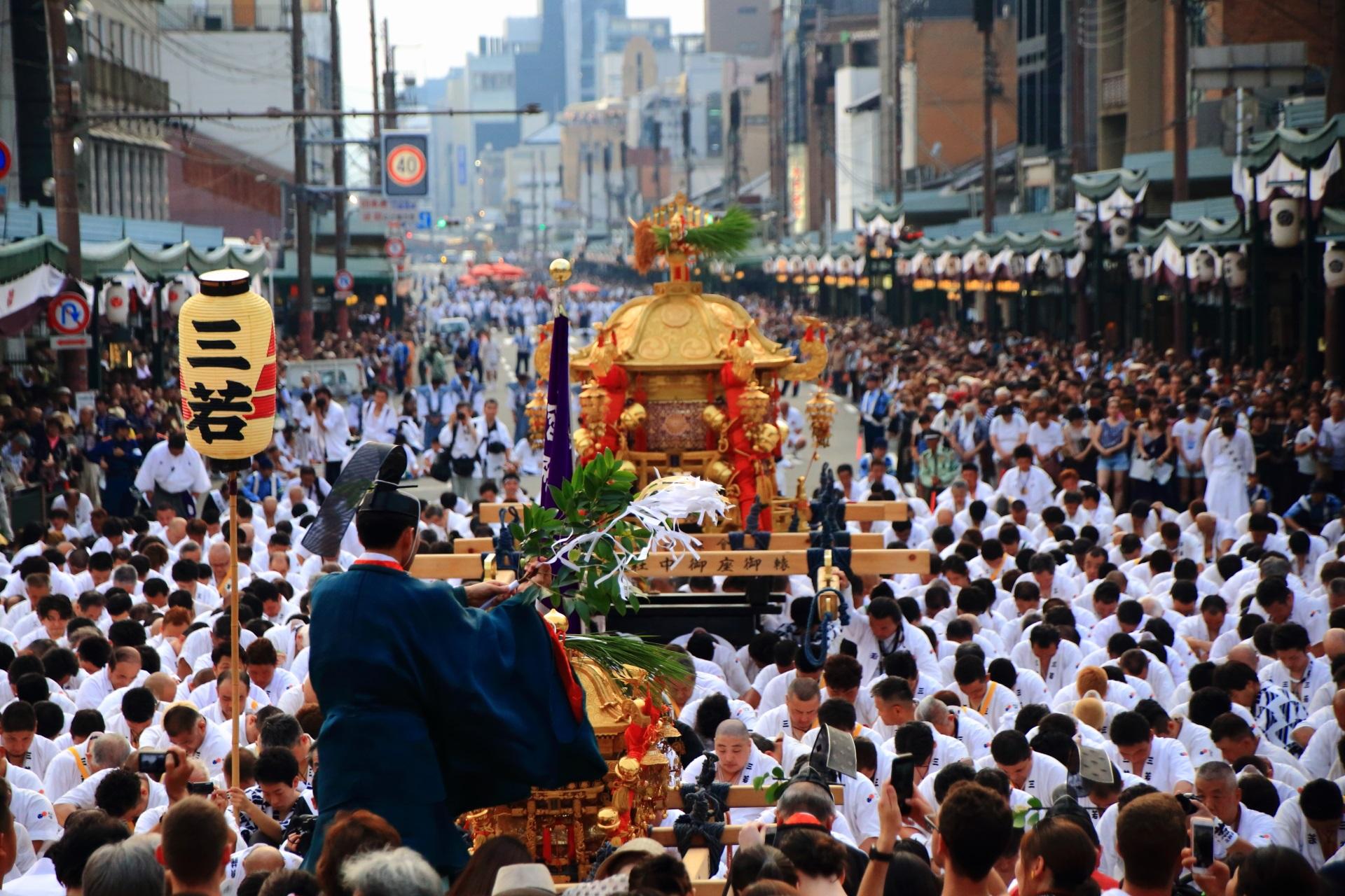 神幸祭の八坂神社宮司によるお祓い