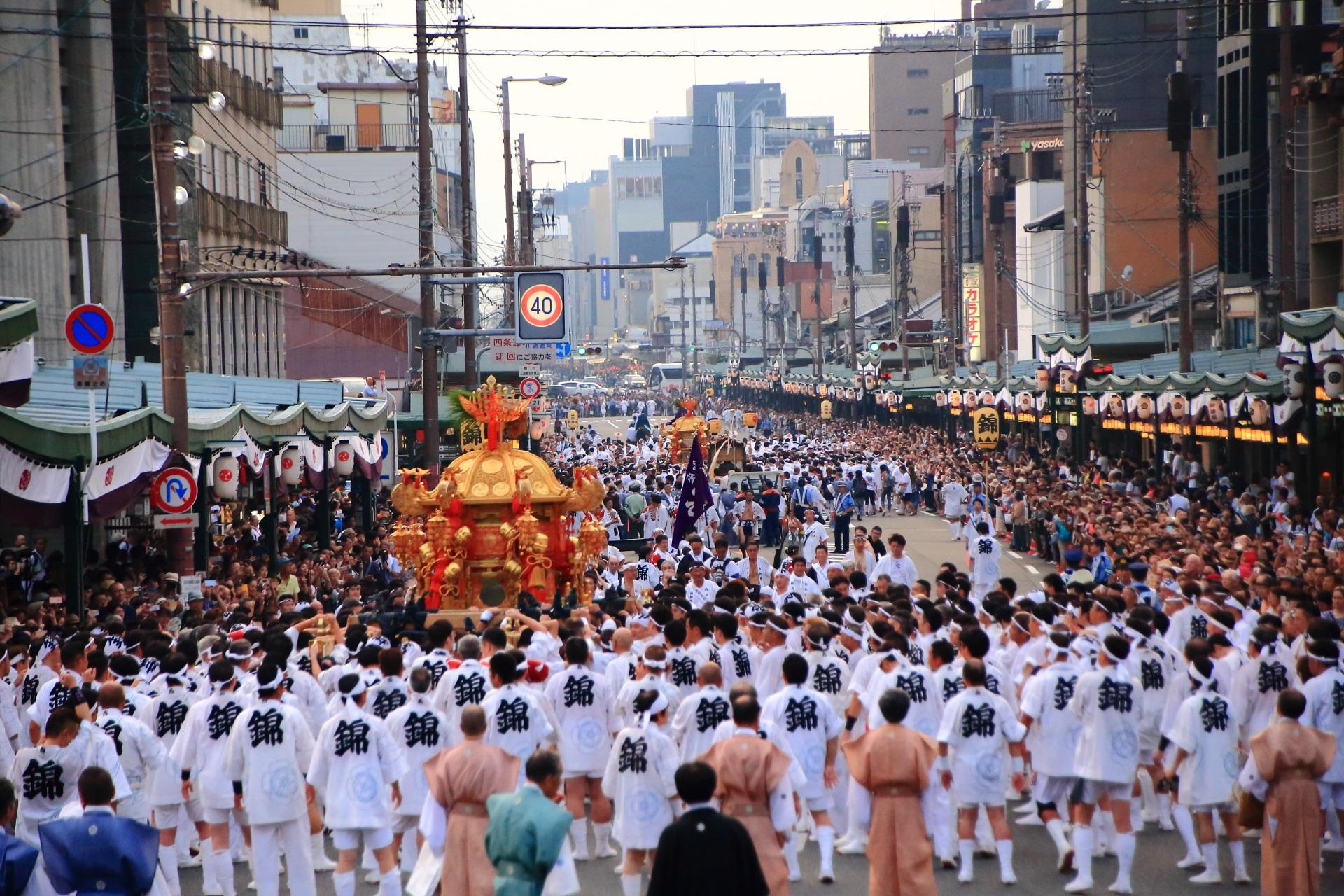 最終的には四条通の御旅所へ辿り着く神幸祭のそれぞれのお神輿