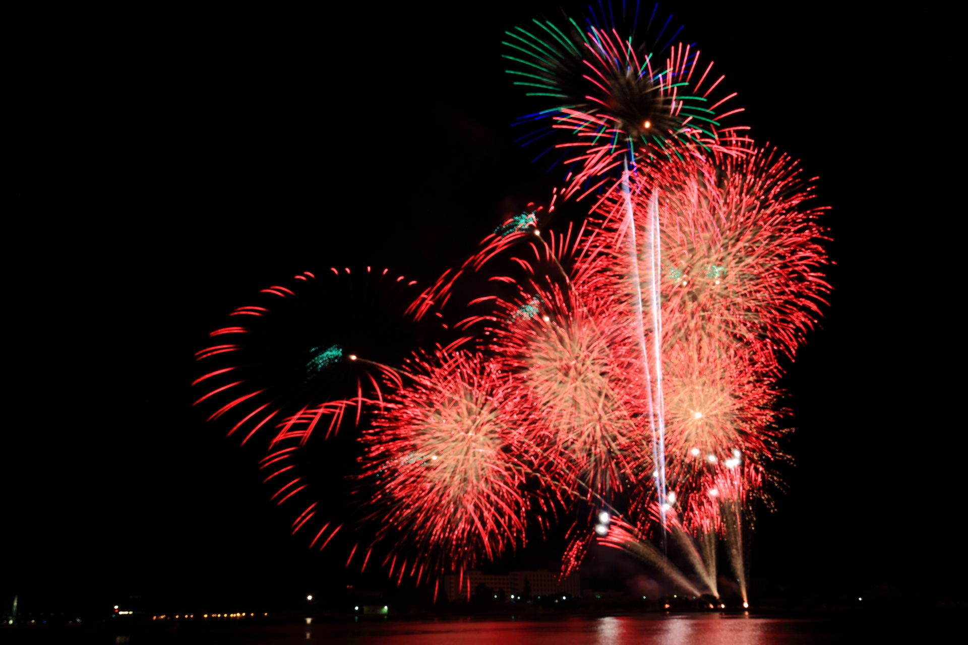 舞鶴港の夜空に映える美しい赤色の花火