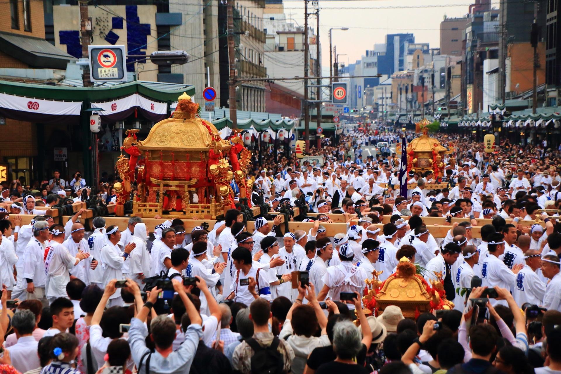 神幸祭の東御座神輿を担ぐ「四若神輿会(しわかしんよかい)」