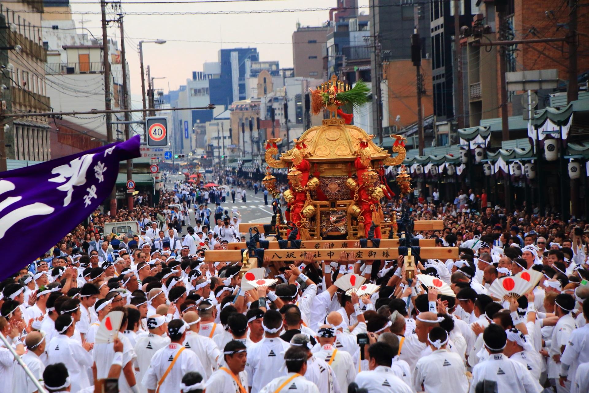 ほいっとーほいっとーの掛け声とともに激しく揺られる神幸祭のお神輿