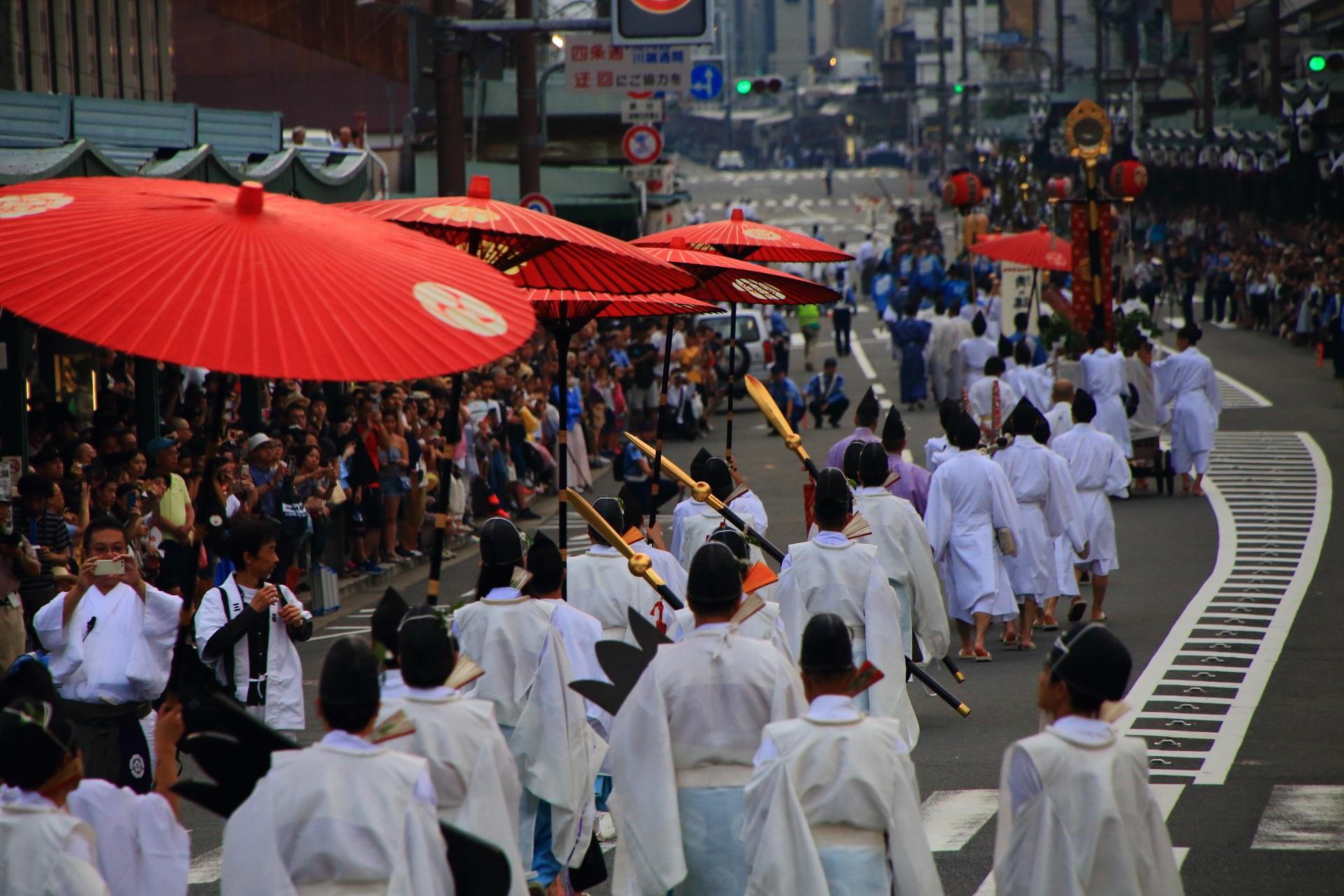 夕暮れに映える神幸祭の赤い和傘